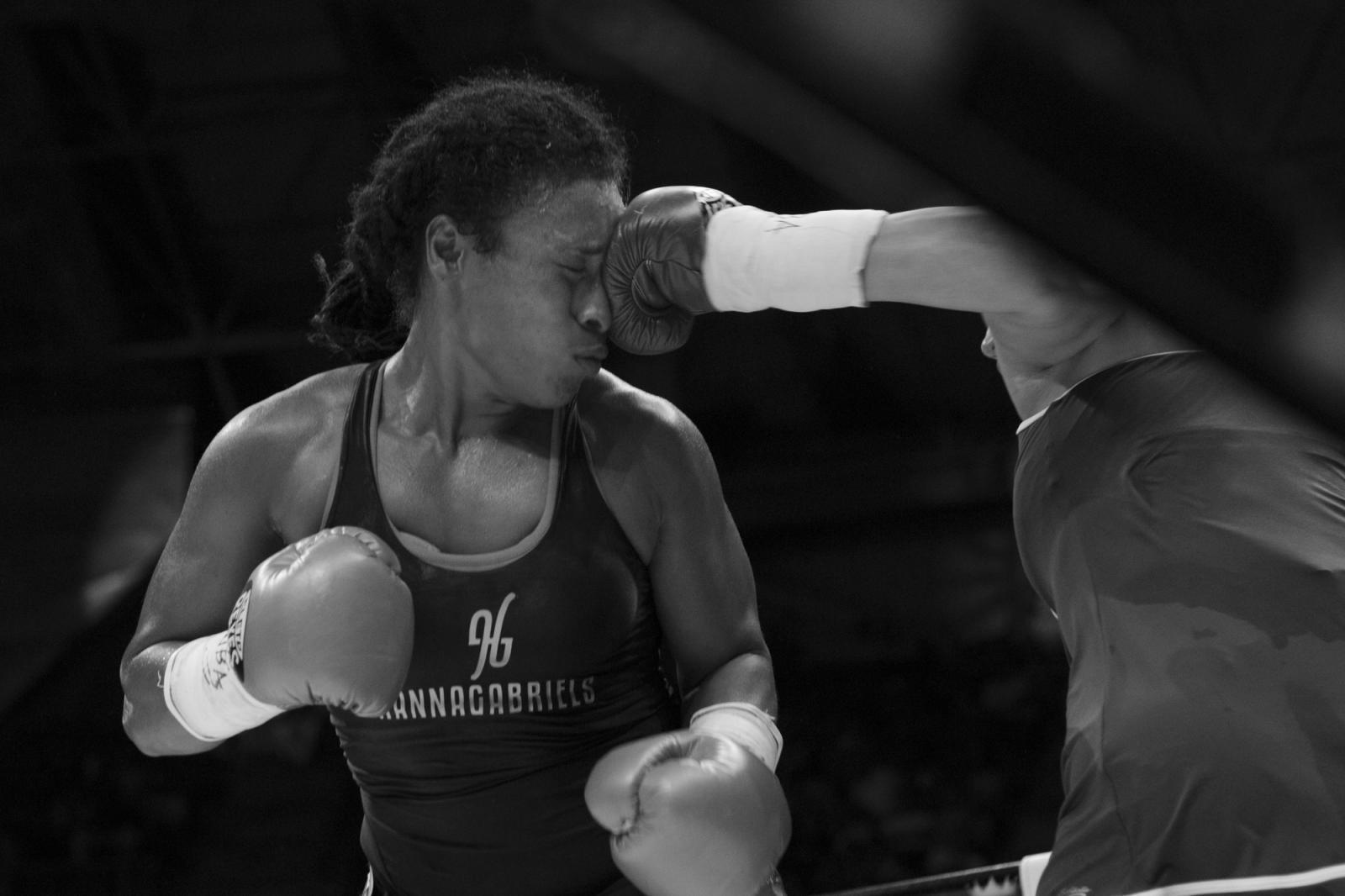 Katia Alvariño (no aparece), golpea de Hanna Gabriel. Gabriel ganó la pelea por nocaut al derribar a su contrincante en el tercer round, durante La Batalla de campeonas. 18.06.2016, Maiquetía, Venezuela.