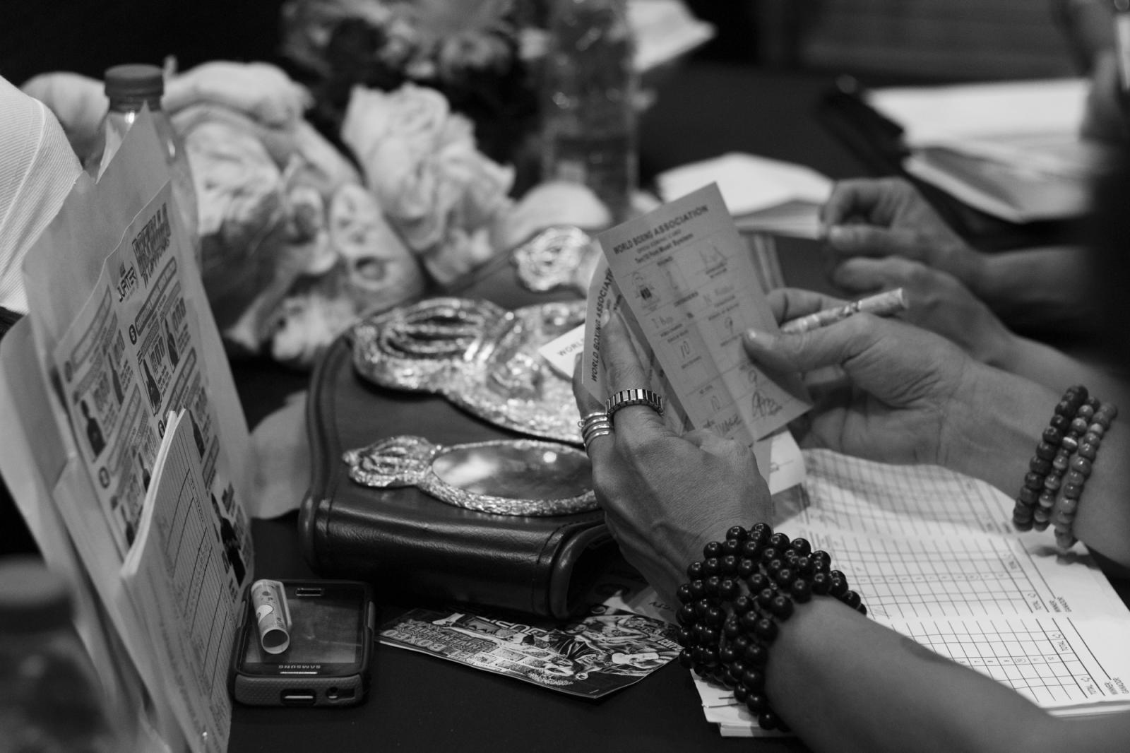 La mesa técnica, integrada también por mujeres, hace el conteo final de la pelea de Rivas y Sorroche, durante La Batalla de campeonas. 18.06.2016, Maiquetía, Venezuela.
