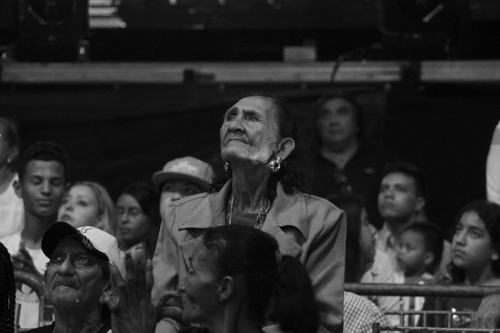 """La madre de Mayerlin """"La monita"""" Rivas, la observa desde las tribunas. 18.06.2016, Maiquetía, Venezuela."""
