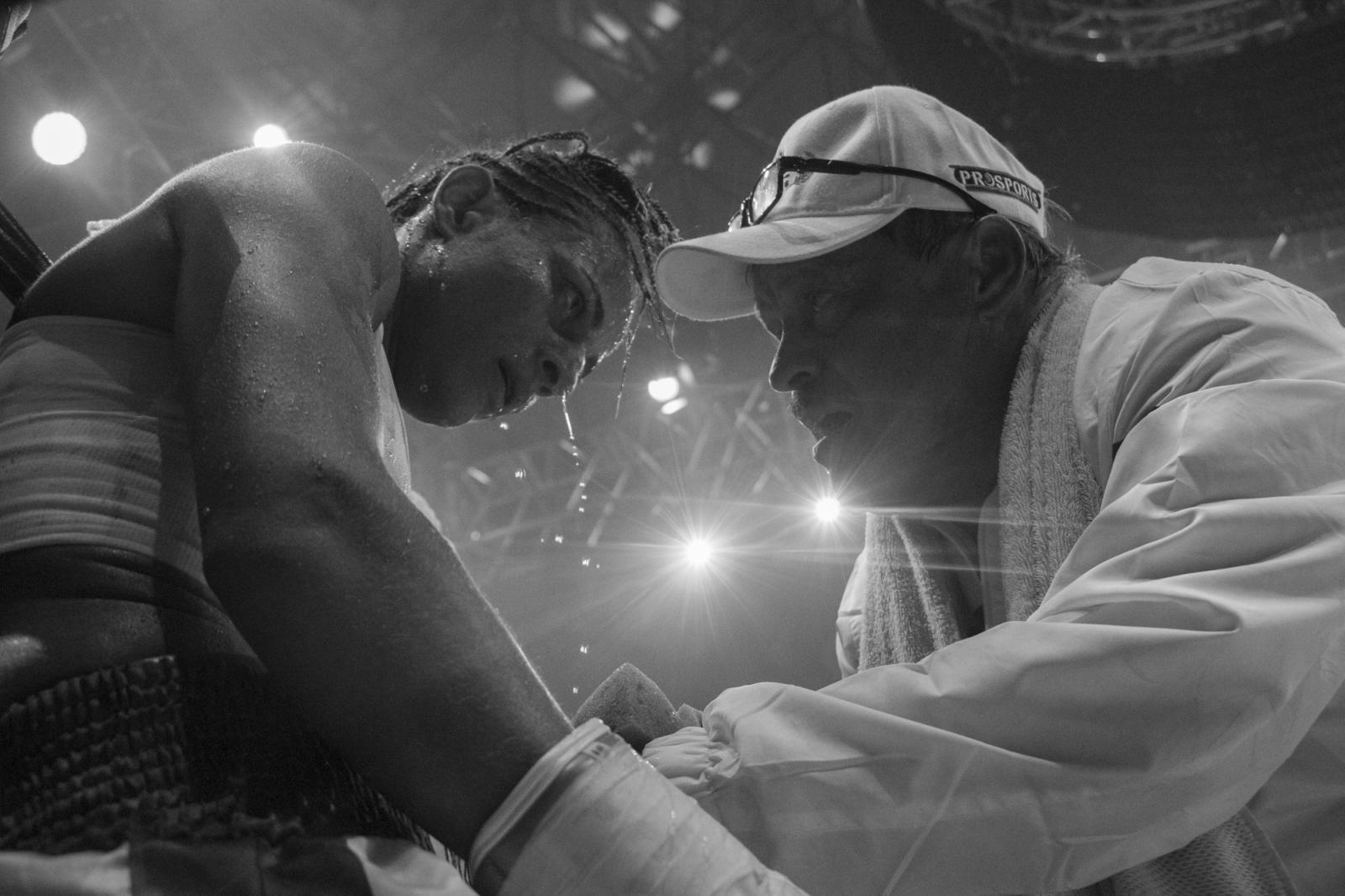 """Jorge Zerpa, entrenador de """"La Monita"""", y la boxeadora, intercambian miradas en medio de un round, durante La Batalla de campeonas. 18.06.2016, Maiquetía, Venezuela."""