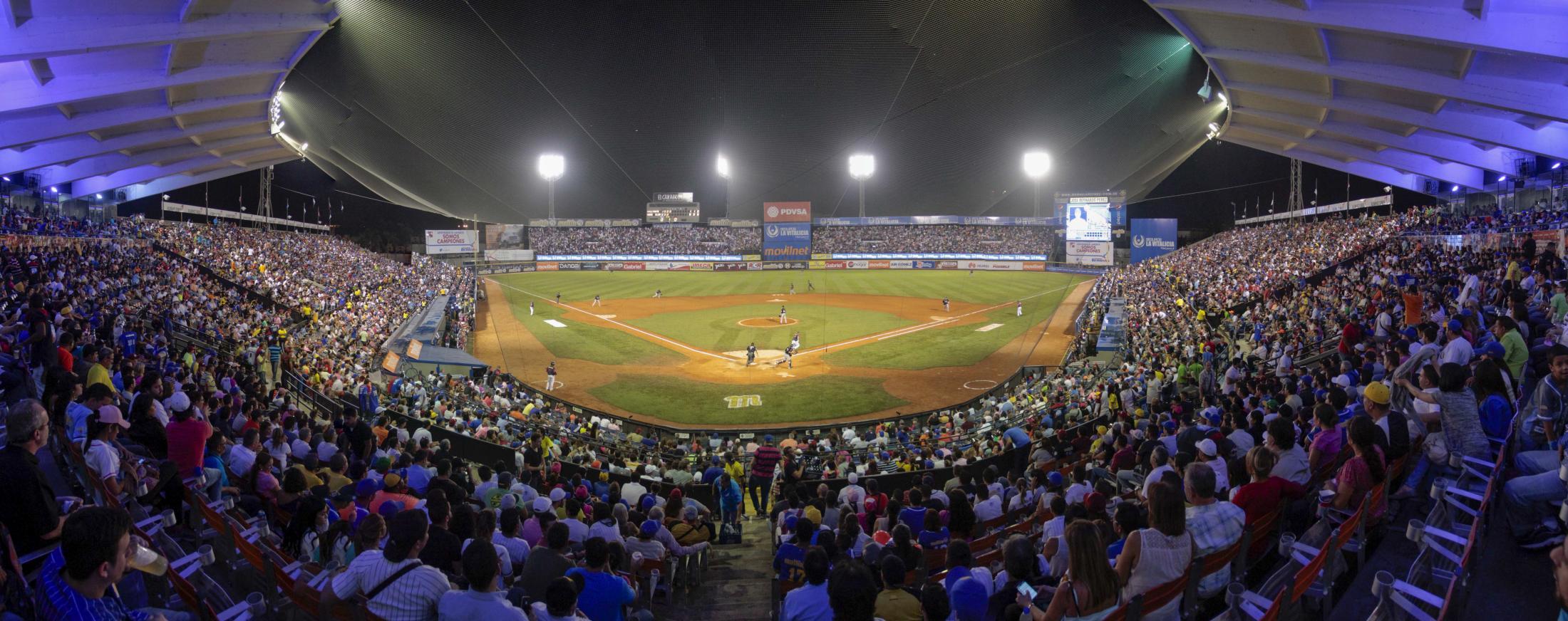 """Panorámica del estadio """"José Bernardo Pérez"""" en el Edo. Carabobo (Venezuela) durante el juego de béisbol entre Leones del Caracas y Navegantes del Magallanes."""