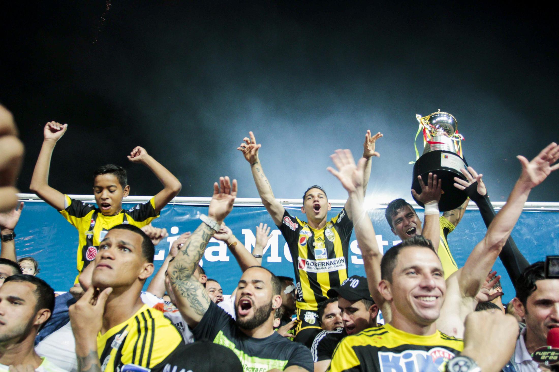 Jugadores del Deportivo Táchira, tras vencer a Trujillanos 1-0, celebran el campeonato de 2015 de la Liga de Fútbol Profesional de Venezuela. Polideportivo de Pueblo Nuevo en San Cristóbal, Venezuela, jugado el 17/05/2015.