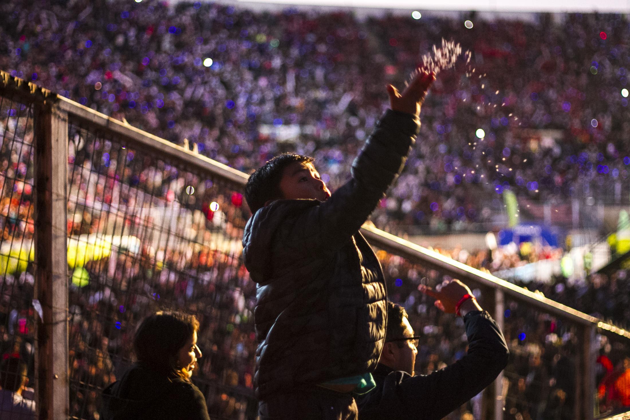 Un niño juega con cabritas (palomitas de maíz, cotufas) mientras espera por el inicio del Teletón, un evento benéfico y televisivo realizado desde 1978. Estadio Nacional Julio Martínez Pradános en Santiago de Chile el 02/12/2017.
