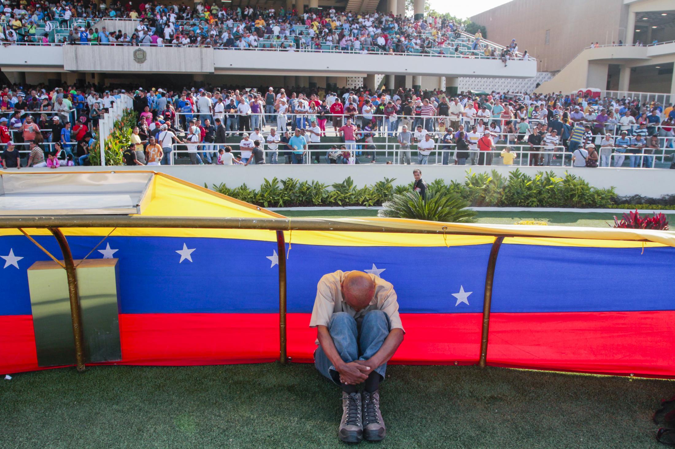 Alberto Torres, migrante colombiano en Venezuela y aficionado al hipismo, retrayéndose luego de una carrera en el Hipódromo La Rinconada. Caracas, Venezuela. 22/03/2015.