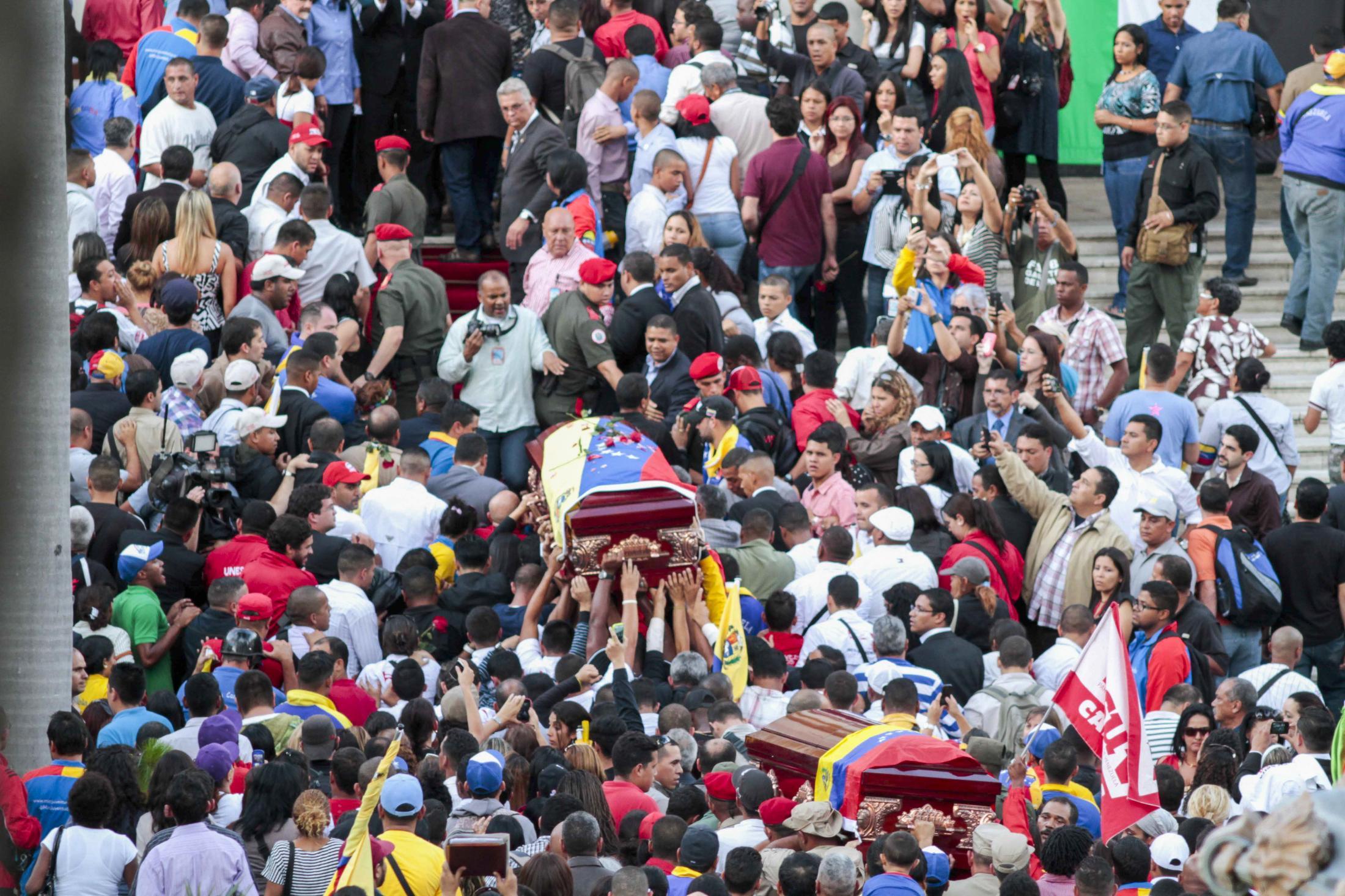 Los ataúdes de Robert Serra (centro), exdiputado venezolano y María Herrera (abajo), son cargados hacia dentro del Palacio Legislativo venezolano para ser velados en Capilla Ardiente. Caracas, Venezuela. 03/10/2014.