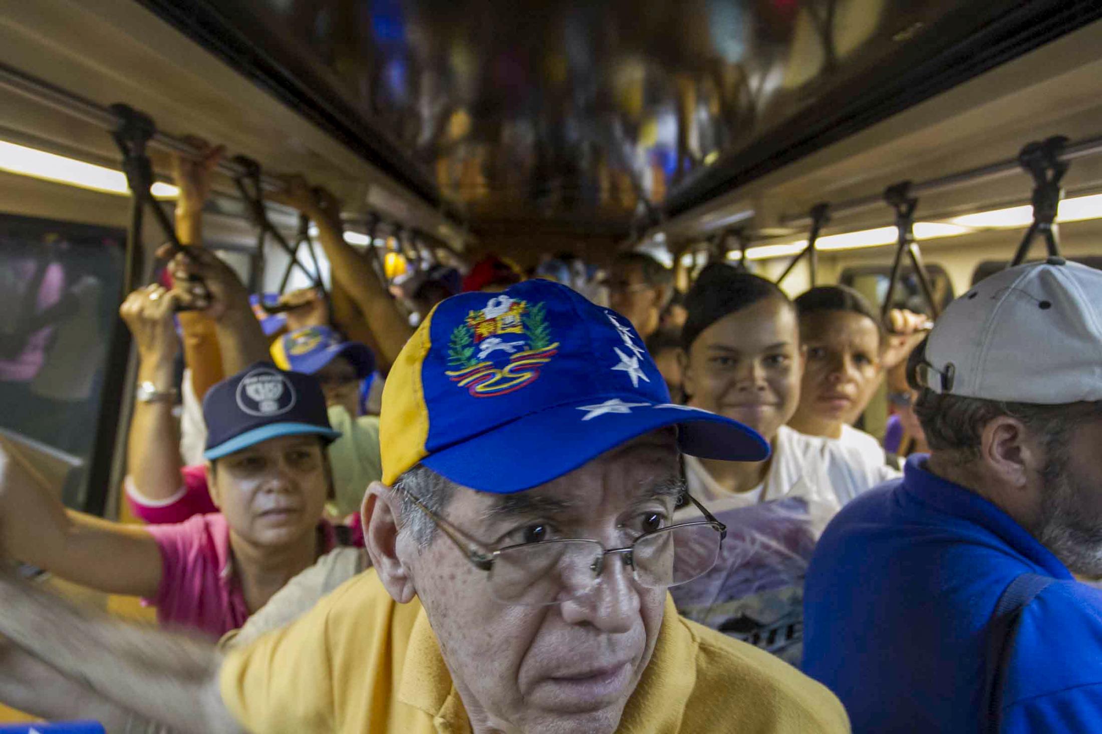 Personas se trasladan en el Metro de Caracas hacia el final de la Concentración, en el cierre de campaña presidencial de Henrique Capriles. 30/09/12. Fotonica/Miguel González.