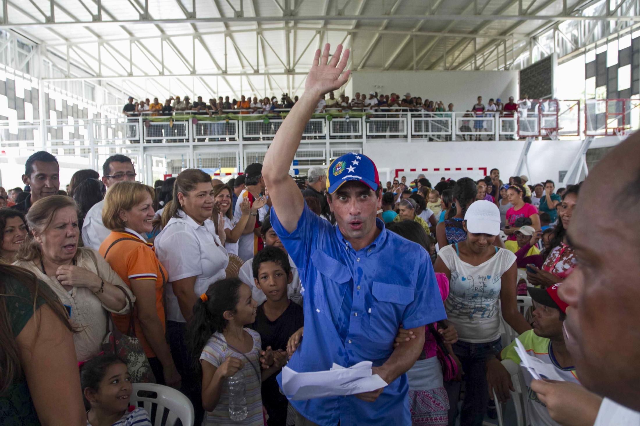 """Henrique Capriles Radonski, Gobernador del Estado Miranda (Venezuela) ingresando a la Escuela """"Simón Díaz"""", para el acto inaugural de la institución educativa construída en su mandato. Guatire, Venezuela. 12/11/2015."""