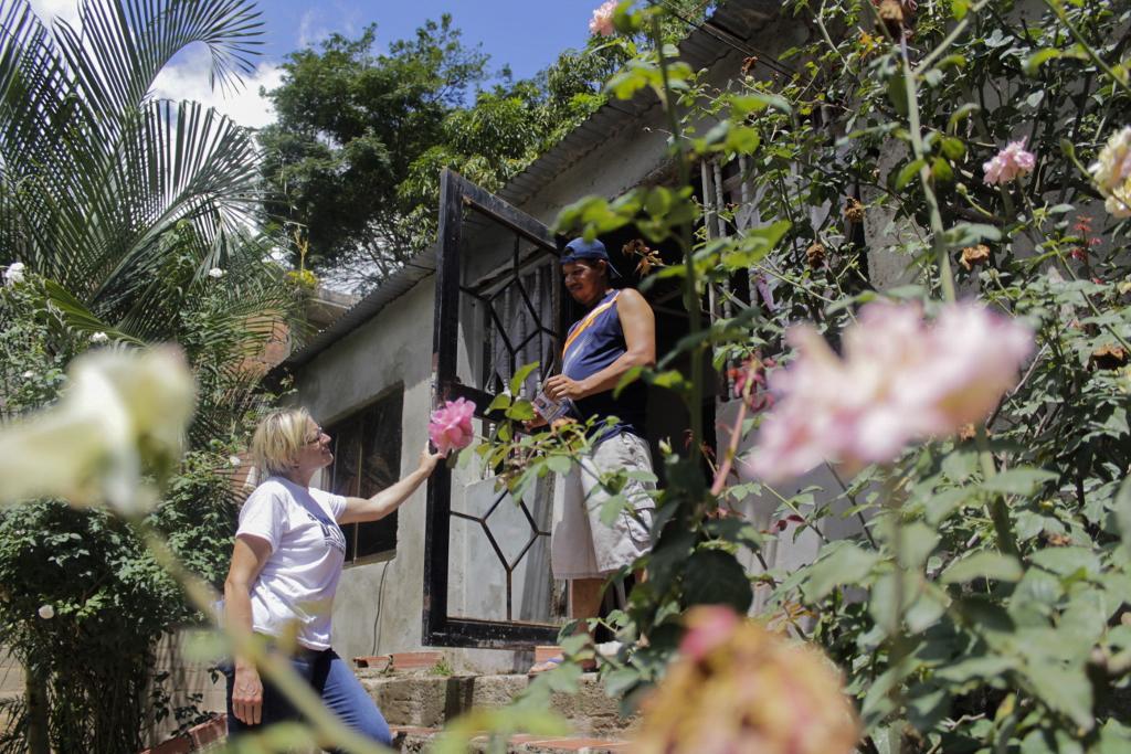 La candidata a diputada Adriana D'Elia conversa con un habitante del sector Gueime de Guarenas como parte de su campaña a la Asamblea Nacional en Venezuela. Caracas, Venezuela. 30/08/2015.