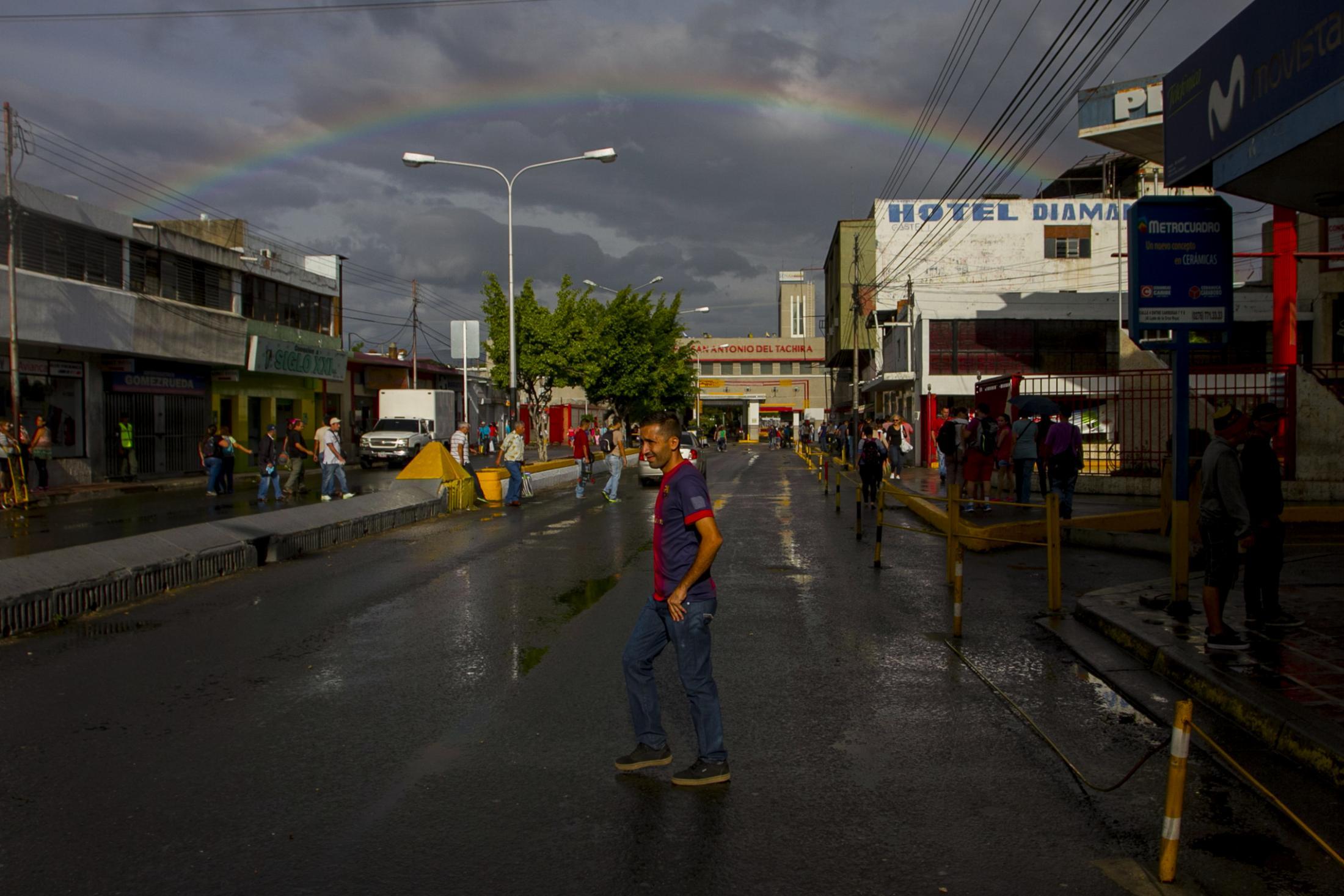 Un hombre cruza la calle frente al paso fronterizo de San Antonio del Táchira, en Venezuela, previo a cruzar a Colombia para comprar insumos básicos que no se consiguen en el país. 18/08/2016.