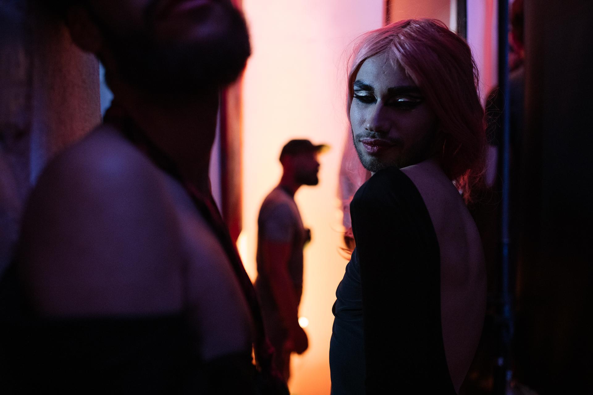 17 mai 2019, journée mondiale contre l'homophobie et la transphobie. En plein mois sacré de Ramadan, au coeur de la très conservatrice Médina de Tunis, un défilé de drag queens se prépare. Cette soirée, bien que confidentielle, représente un moment de liberté rare pour les participants. Car en Tunisie, se promener dans la rue avec une attitude ou une tenue jugées efféminées représente un risque d'arrestation.