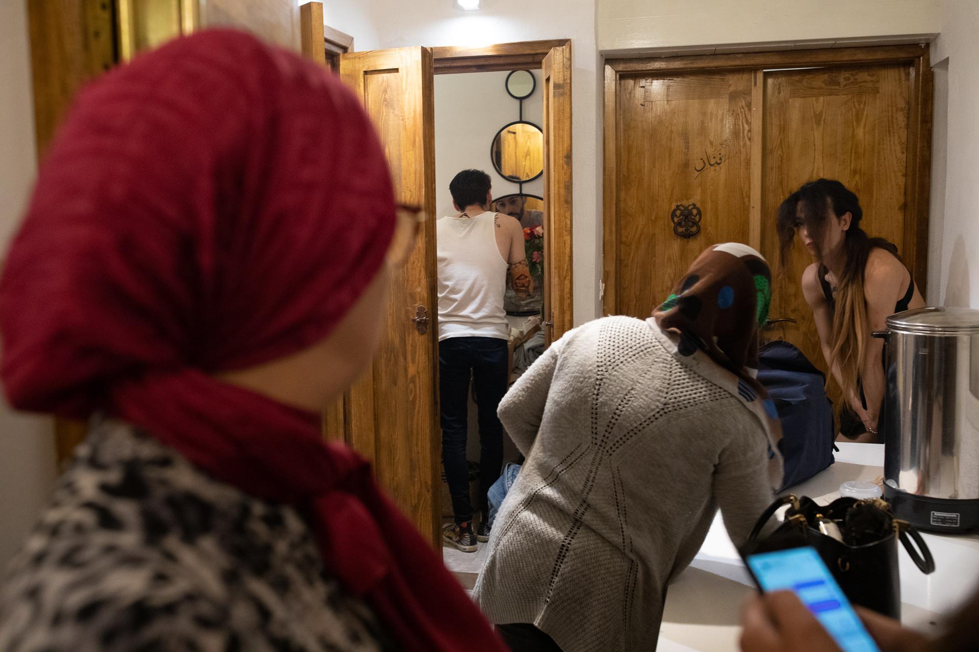 La Médina n'a pas été choisie au hasard par l'association Mawjoudin qui organise la soirée. Il s'agit d'investir le coeur du Tunis traditionnel, pour faire bouger peu à peu les mentalités. La famille propriétaire de la salle a accepté en connaissance de cause que cette soirée se déroule dans ses murs, mais confie vivre la situation particulièrement mal.