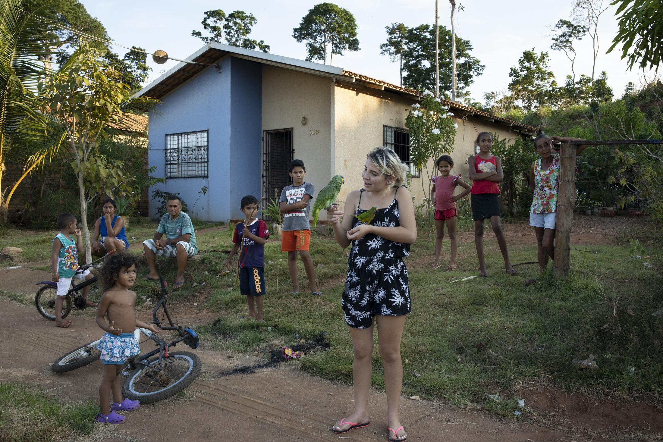 La zone residentielle urbaine RUC Jatoba à Altamira. Les zones residentielles urbaines ont été contruite lors de la construction de l'usine hydroéléctrique Belo Monte pour heberger les populations qui vivaient aux bords du fleuve Xingu, qu'à été innondé par la construction du barrage. Les maisons contruites aux RUCS sont prouvés etre de très mauvaise qualité en plus d'etre situé à plusieurs quilometres du bord des l'eau, en contracdition complète au style de vie de la population locale. Les RUCs sont aussi des zones de grande violence car les grandes gangues de trafique de drogue y cooptent leur trafficants.