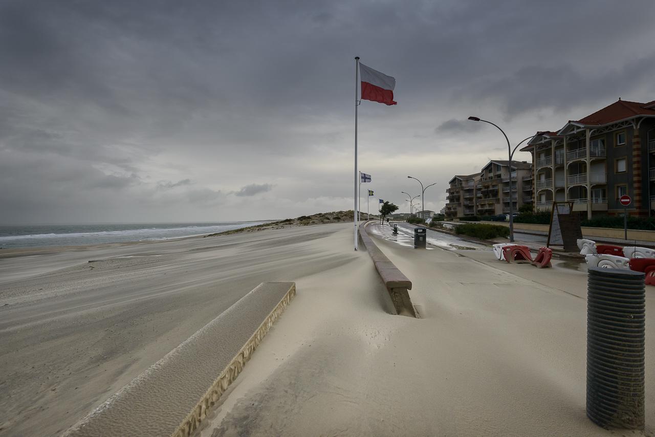 La dune envahit la ville de Soulc-Sur-Mer. Avec des prévisions réalistes de plus de 1 mètre d'élévation du niveau des océans en 2100, le bétonnage des côtes n'est qu'une vision court-termiste pour une protection dérisoire qui sacrifie à la rentabilité immédiate. Entre 2017 et 2040 au rythme actuel, on prévoit que plus de 4,5 millions d'habitants supplémentaire s'installeront en zone littorale, la plupart dans des zones à risques de submersion. Malgré les alertes, la pression foncière ne faiblit pas sur les littoraux métropolitains.