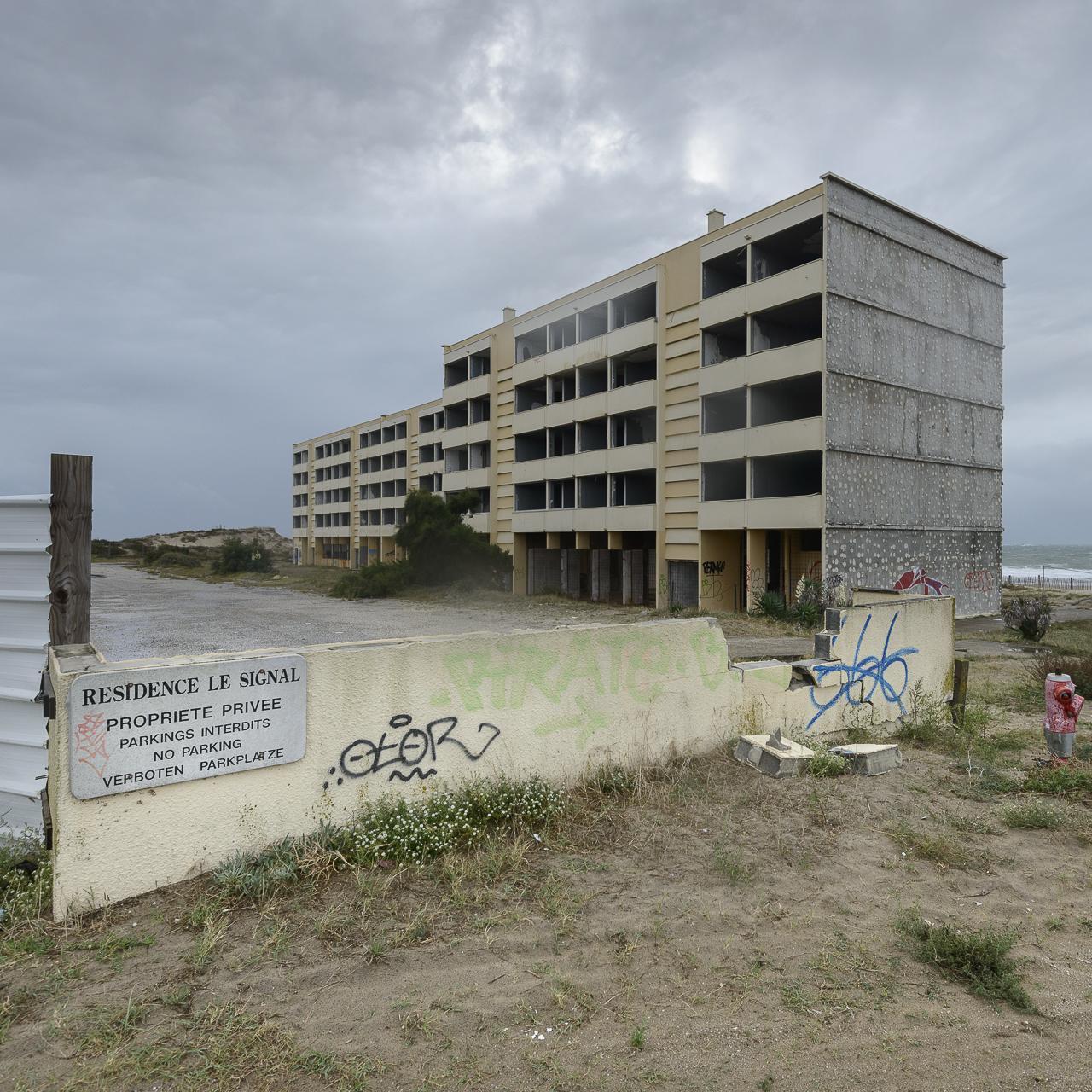 La résidence Le Signal, construite en 1965 a été évacuée en 2014 raison de l'avancée de l'Ocean Atlantique de plus de 200 metres depuis la construction.