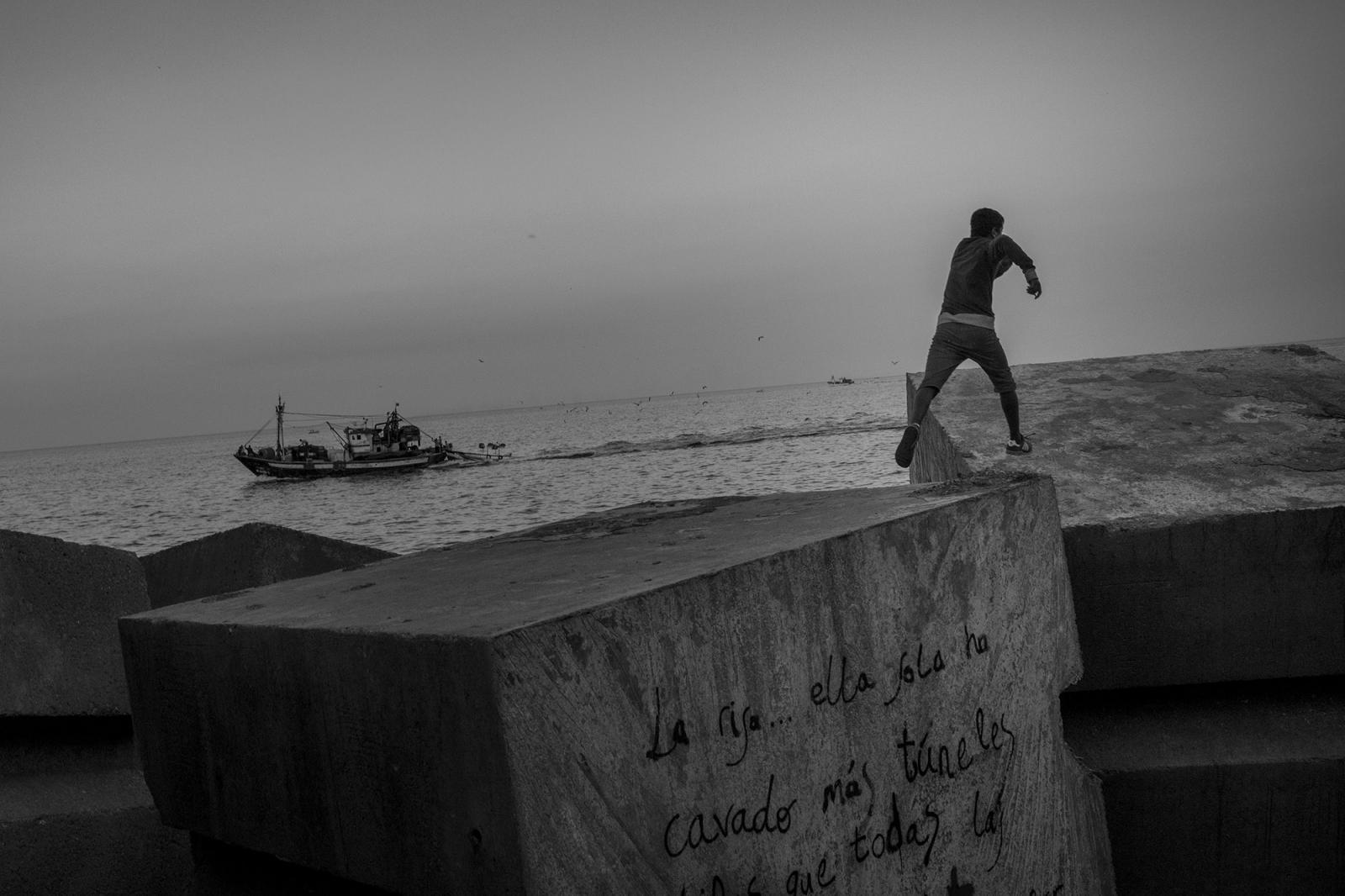 Photography image - Loading 03_Santi_Palacios_Clandestine_Boarding.jpg