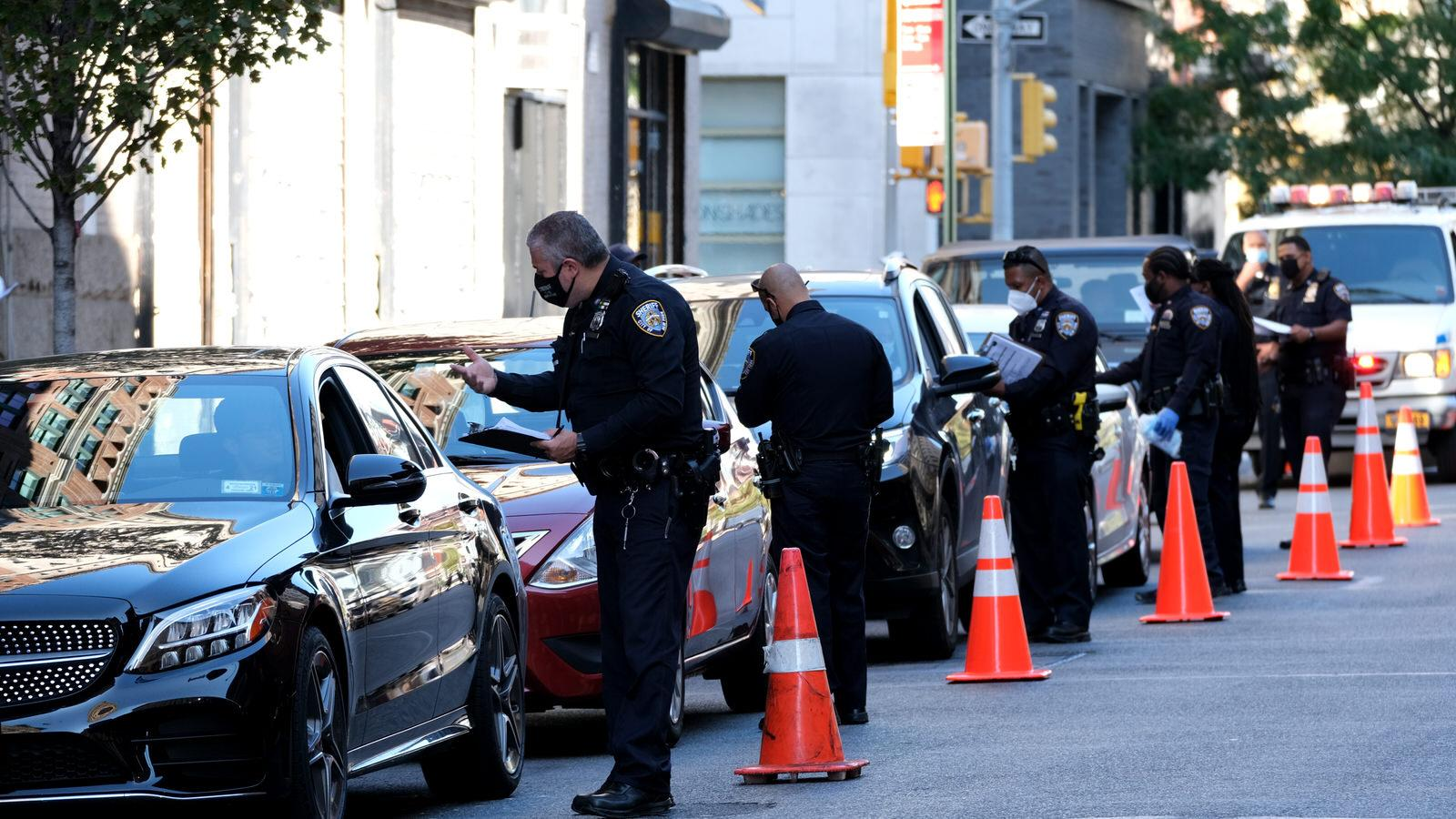 Manhattan - September 22, 2020 - New York City Sheriff Deputies are seen manning a Covid-19 checkpoint and stopping every car coming out of the Holland Tunnel in downtown Manhattan Tuesday afternoon. (Luiz C. Ribeiro for New York Daily News)