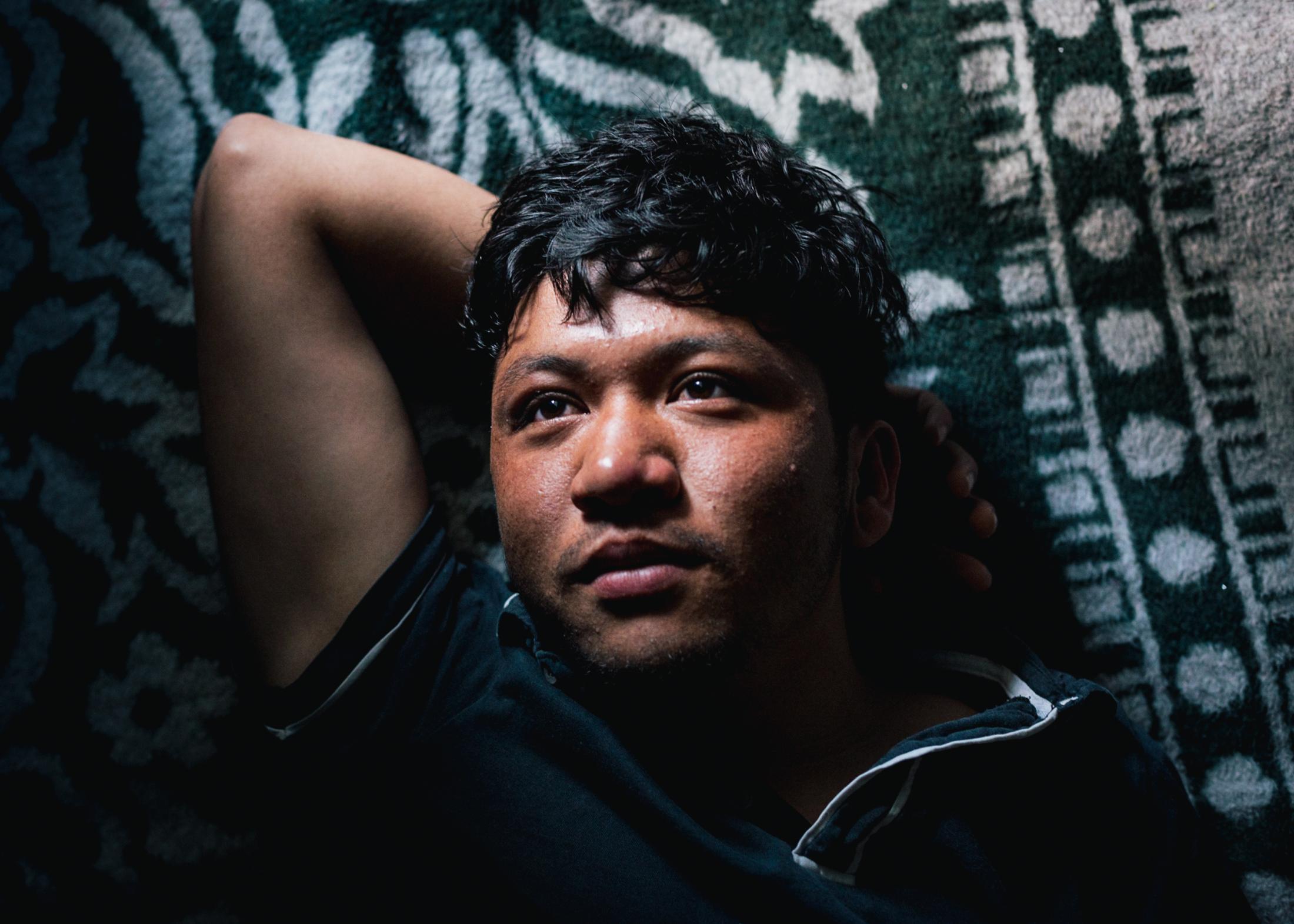 D. kam im Dezember 2018 auf Lesbos an. Seitdem teilt er sich zusammen mit sieben anderen jungen Afghanen aus Baghlan in Afghanistan ein Zelt. In Moria kämpft er vor allem gegen das Gefühl der Stagnation und gegen den immer gleichen Alltag.