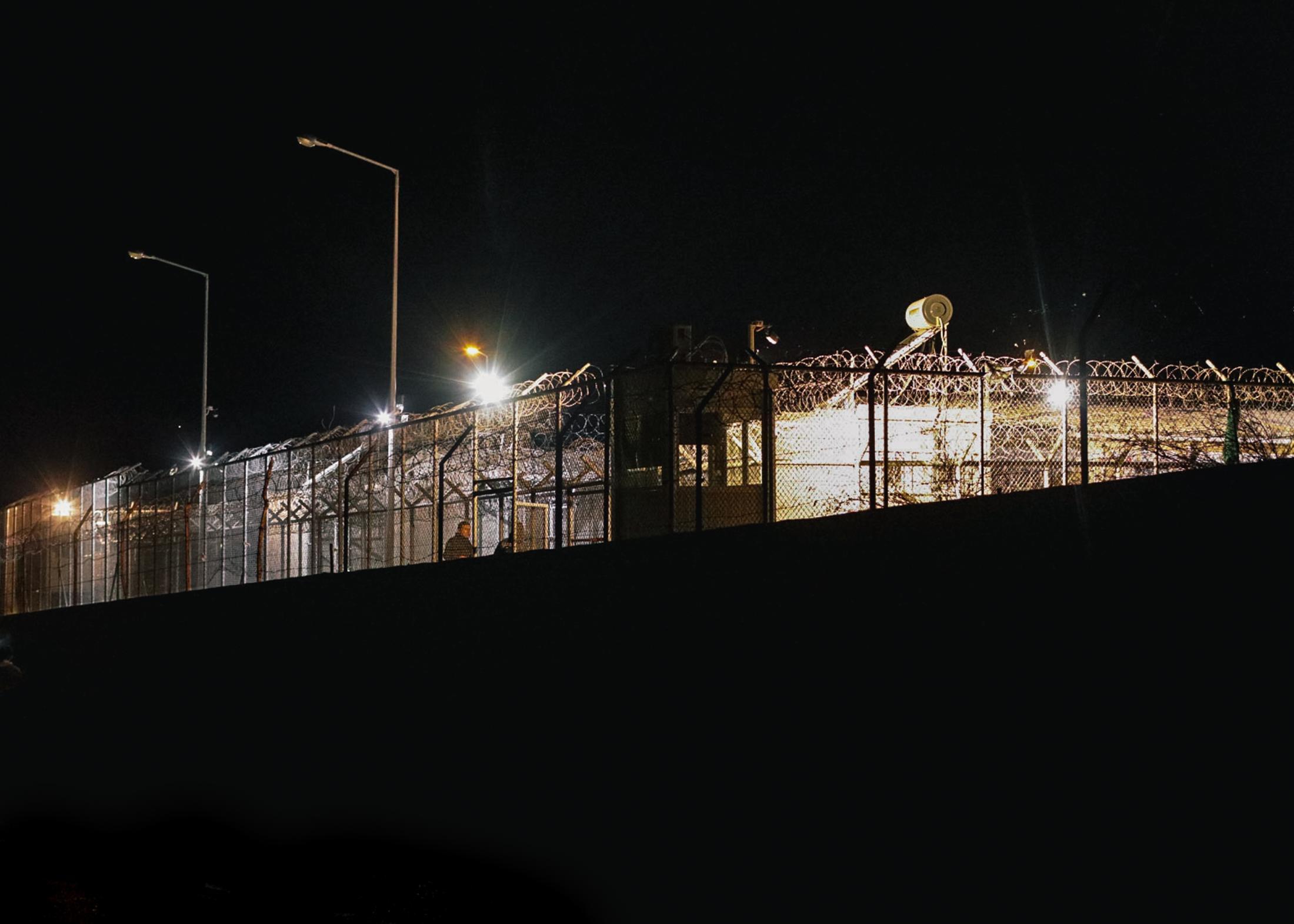 168 Personen sitzen momentan im Abschiebegefängnis von Moria. Jeder dessen Asylbescheid von den Behörden als Negativ gewertet wurde, läuft Gefahr in die Türkei oder sein Heimatland abgeschoben zu werden.
