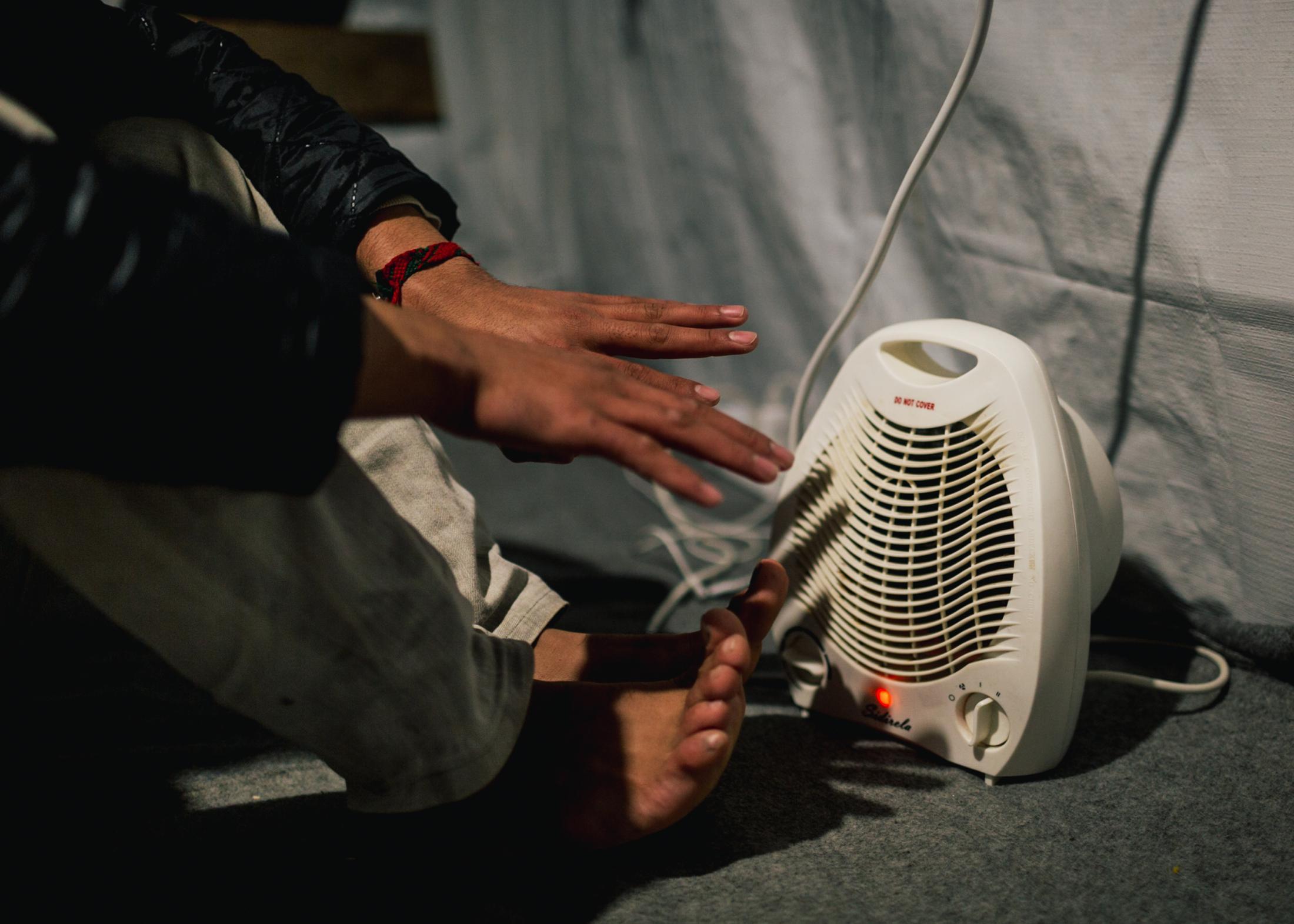 Im Winter gehen die Temperaturen auf der Insel oftmals bis unter Null Grad. Viele der Geflüchteten haben kleine Heizstrahler in ihren Zelten, die aber nur selten funktionieren - die Stromversorgung fällt gerade im Winter immer wieder aus.