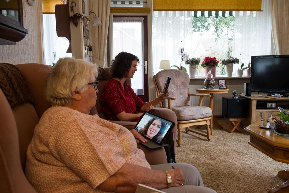 To combat loneliness for the elderly, volunteer organization Versa started a program in which tablets were distributed to the elderly. Rozemarijn Vissers signed up as a volunteer and visits mrs. A. Bouwens den Butter in her house in De Hilversumse Meent to teach her how to make video calls.