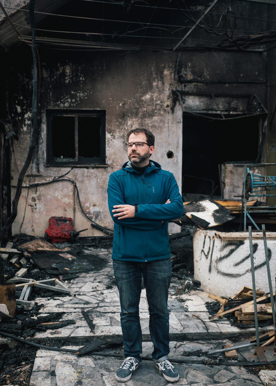 """XY vor dem abgebrannten Community Center der schweizer NGO """"One Happy Family"""" auf der Insel Lesbos in Griechenland. Am 07.03.2020 kam es dort unter bisher ungeklärten Umständen zu einem Brand der einen großen Teil der Gebäude zerstörte. Die NGO geht von einer politisch rechts motivierten Tat aus."""