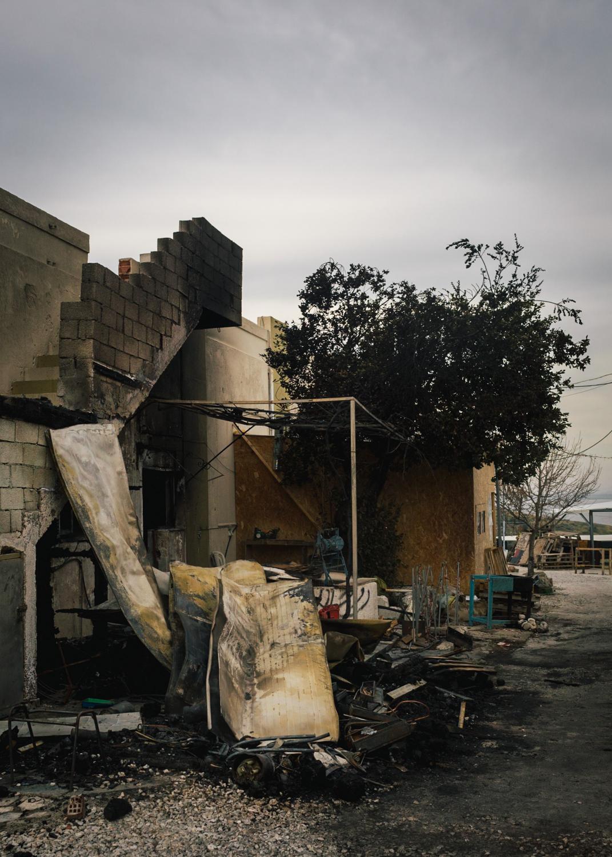 """Das abgebrannte Community-Center der schweizer NGO """"One Happy Family"""" auf der Insel Lesbos in Griechenland. Am 07.03.2020 kam es dort unter bisher ungeklärten Umständen zu einem Brand der einen großen Teil der Gebäude zerstörte. Die NGO geht von einer politisch rechts motivierten Tat aus."""