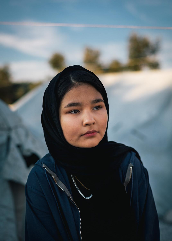 Sara Salihi lebt seit drei Monaten mit ihrem Vater, Mutter und Bruder im Lager Moria. Aus Angst vor Übergriffen verlässt sie das Zelt in der Nacht nur noch in Begleitung ihres Vaters oder Bruders. Die griechischen Behörden haben den Termin für ihr Asylinterview auf nicht vor 2021 festgelegt.