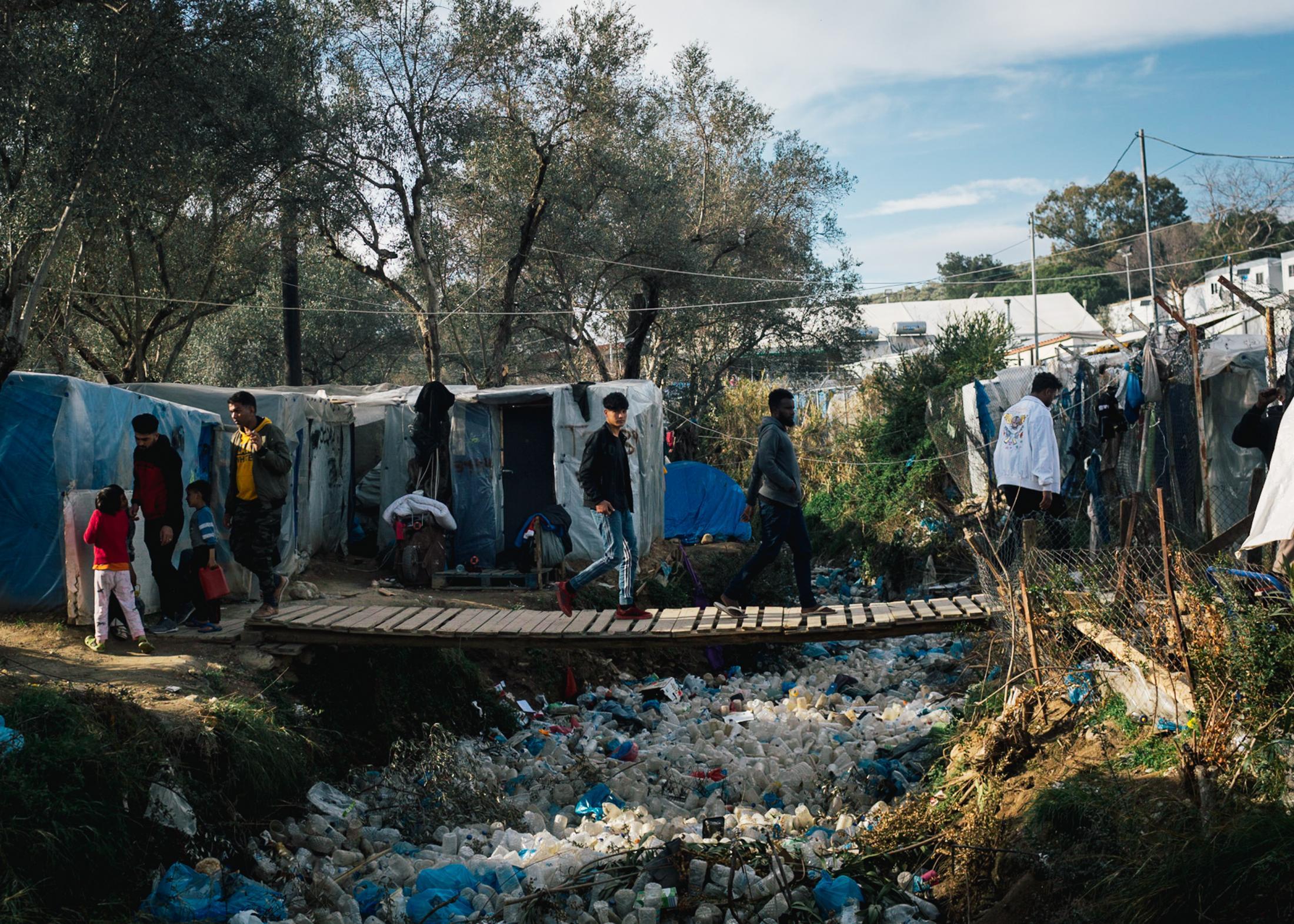 In Moria gibt es keine zentrale Müllentsorgung, stattdessen sammelt sich der Müll überall. Für das lokale Müllunternehmen ist es schwierig gegen die große Menge anzukommen. Oft stehen die Zelte so dicht nebeneinander, dass für die Müllfahrzeuge kein Durchkommen ist.