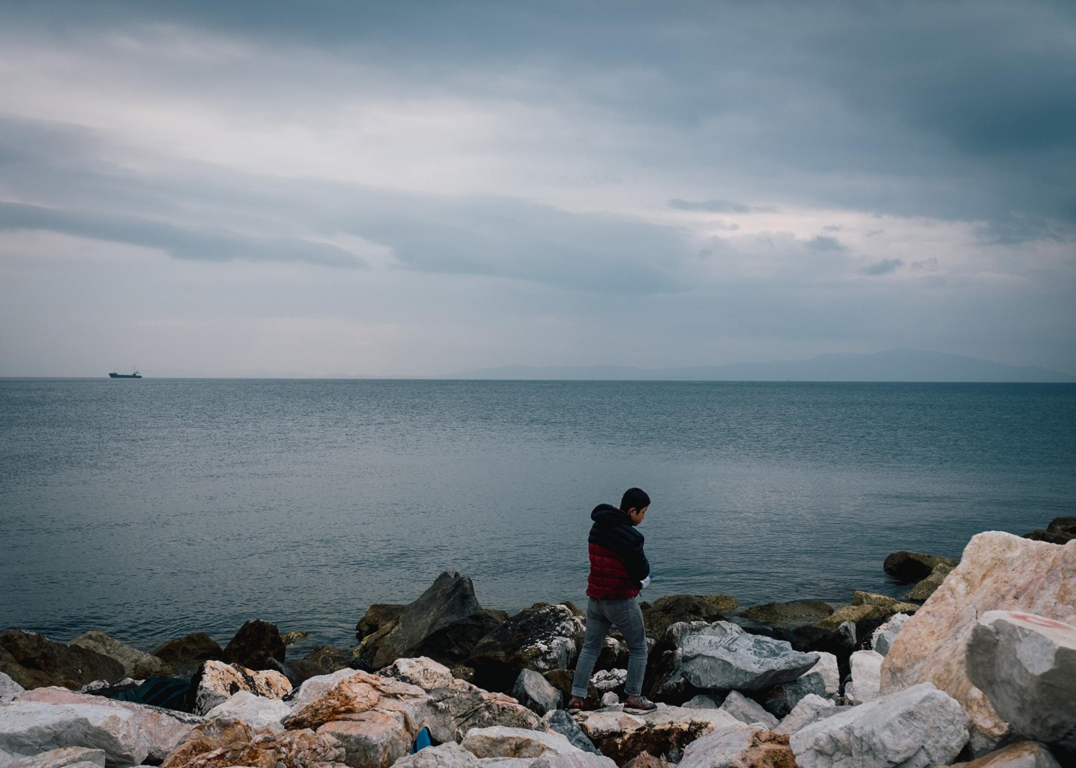 Auf der Insel Lesbos werden ankommende Geflüchete seit dem 01.03.2020 nicht mehr in das Lager Moria gebracht, sondern müssen so lange im Bauch eines Kriegschiffes der griechischen Marine ausharren, bis sie mit diesem auf das Festland gebracht werden. Zurzeit schlafen dort mehr als 500 Geflüchtete.