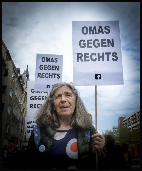 """Sabina: Ich bin 1946 geboren und in den 50/60ern aufgewachsen mit all den fürchterlichen Erfahrungen meiner Eltern und ich war damals sicher, die """"alten Nazis"""" würden einfach aussterben und dann gäb' es keine mehr. Leider getäuscht. Ich fühle mich in der Verantwortung meinen Mund gegen rechtes und menschenverachtendes Gedankengut aufzumachen."""