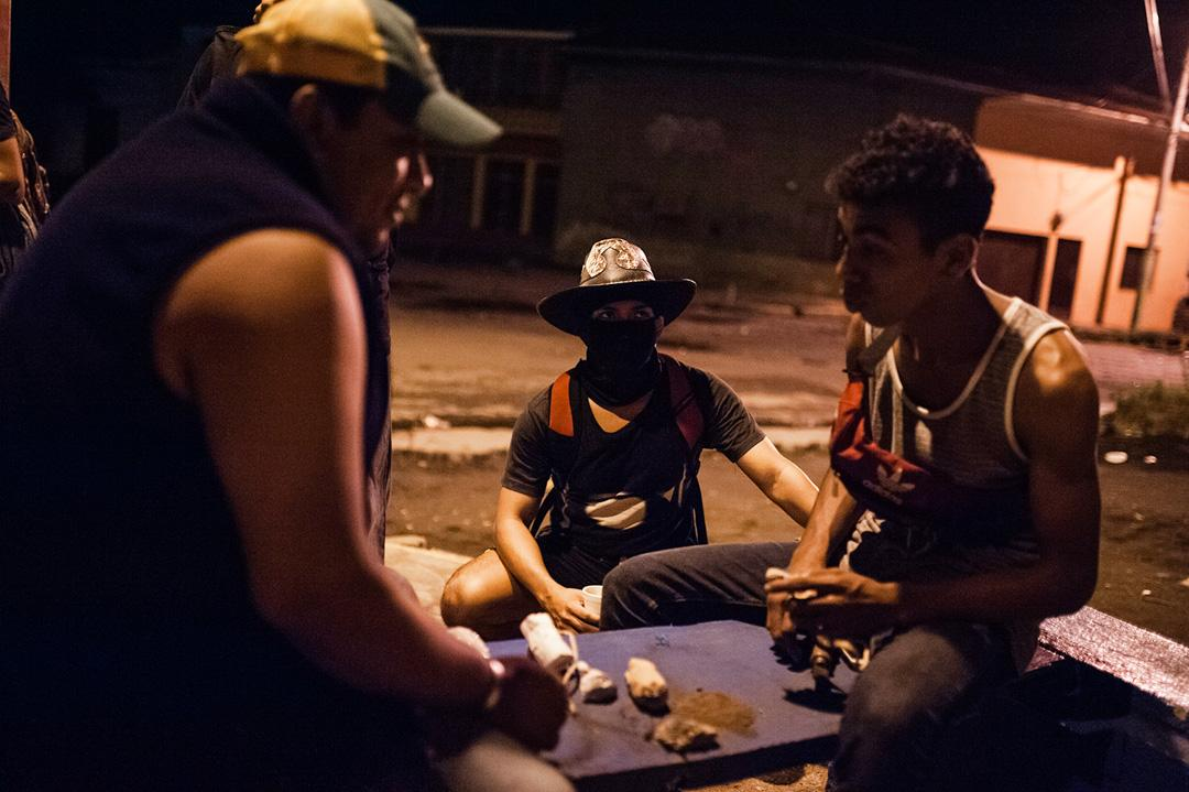 A group of opponents to Daniel Ortega's government prepares homemade contact bombs to fight against the militarized police. More than 300 people have been killed since April 19, when demonstrations against President Ortega's government broke out. Most were opponents of the regime.