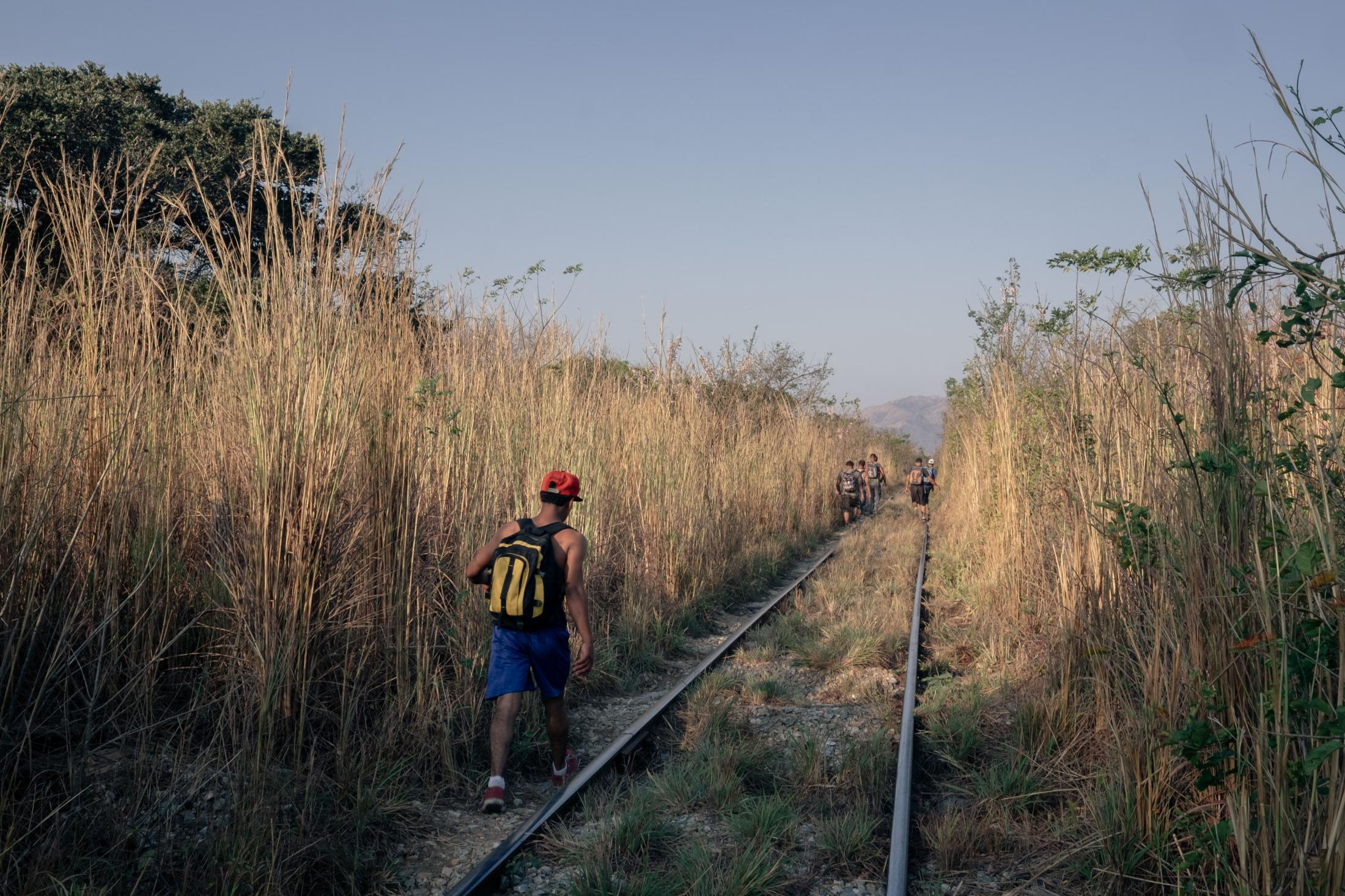 A migrant walks on the railway connecting the city of Arriaga (Chiapas) to Chahuites (Oaxaca). This road through fields is known to be particularly dangerous. Central American migrants here have regularly their backpacks and shoes stolen by people armed with machetes or guns. Things can go wrong if the migrants resist the gangs of robbers. 07/02/2017 Arriaga, Chiapas, Mexico.