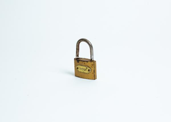 A padlock used to secure homes against thieves. During the night, the camp often turned into a place of violent confrontation. Robbery, the harassment of women, brawls or knife attacks were quite frequent.