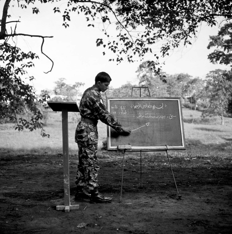Sierra Leone, Kailahun, (Liberian border) October 2003 Unamsil Pakbatt VII camp (United Nations mission Sierra leone, Pakistani battallion number 7) A Pakistani teaching a mortar lesson to the battallion.