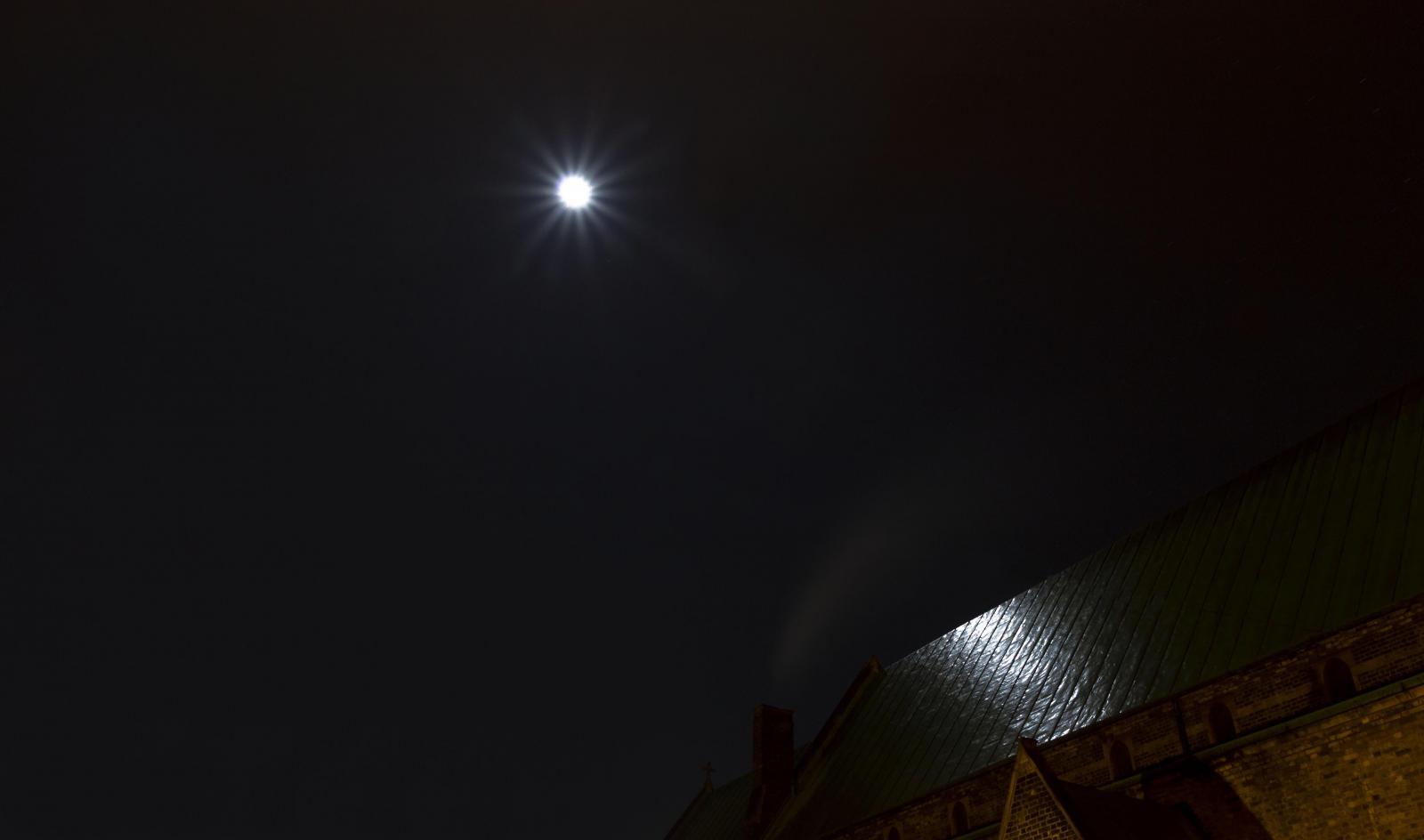 Photography image - Loading Reflection_of_Light_2.jpg