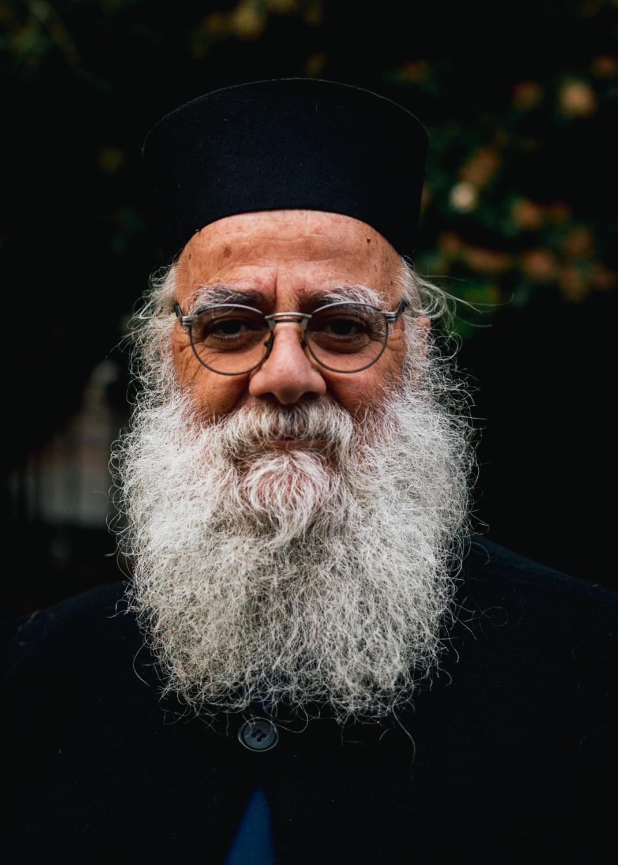 Der Priester Papa Stauros in Mantamados auf der Insel Lesvos in Griechenland.