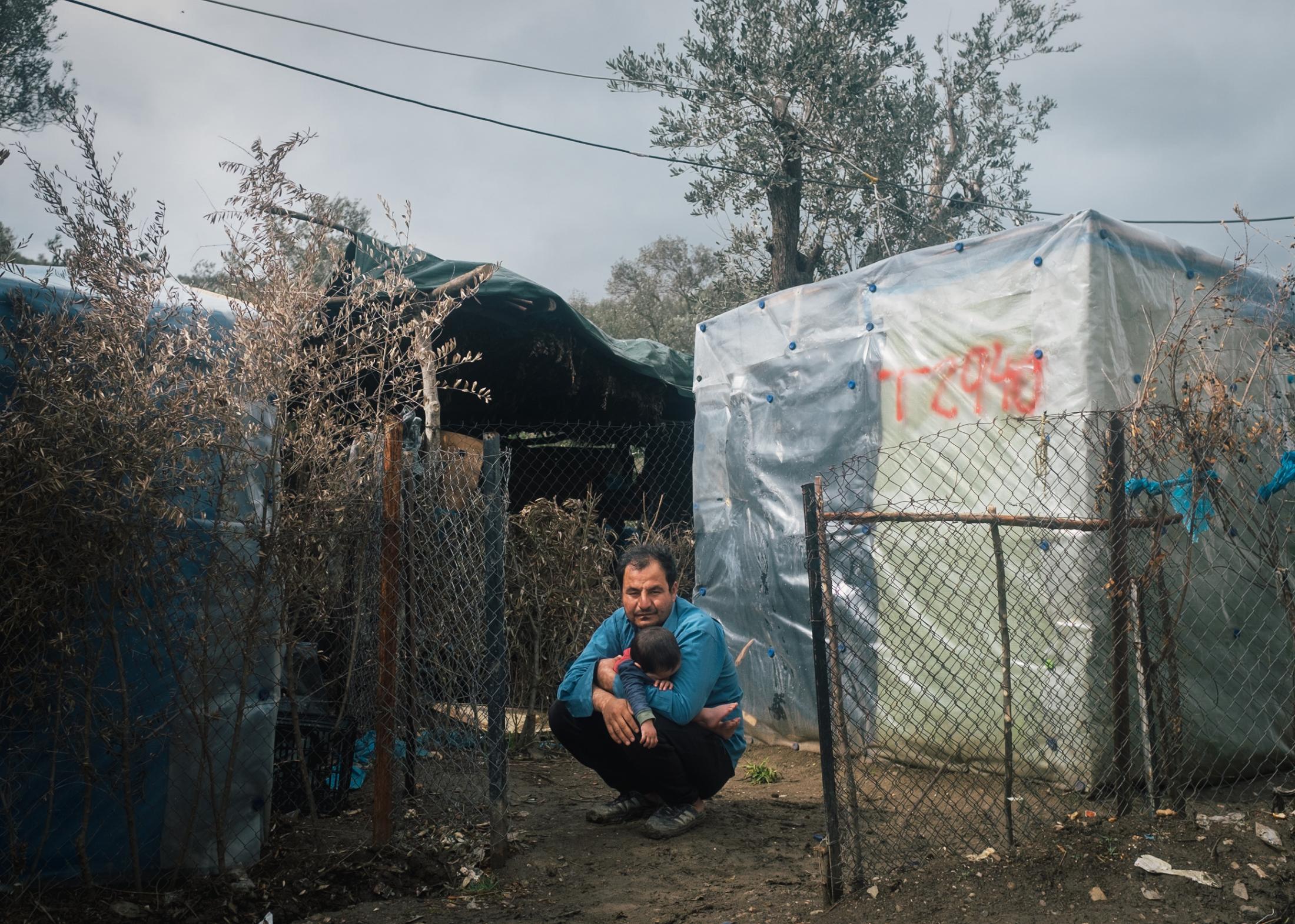 Das Flüchtlingslager Moria auf der Insel Lesbos ist mit knapp 21.000 Geflüchteten das größte Camp Europas. // NAZIF aus Kunduz mit Familie am Morgen nach ein durchregneten Nacht.