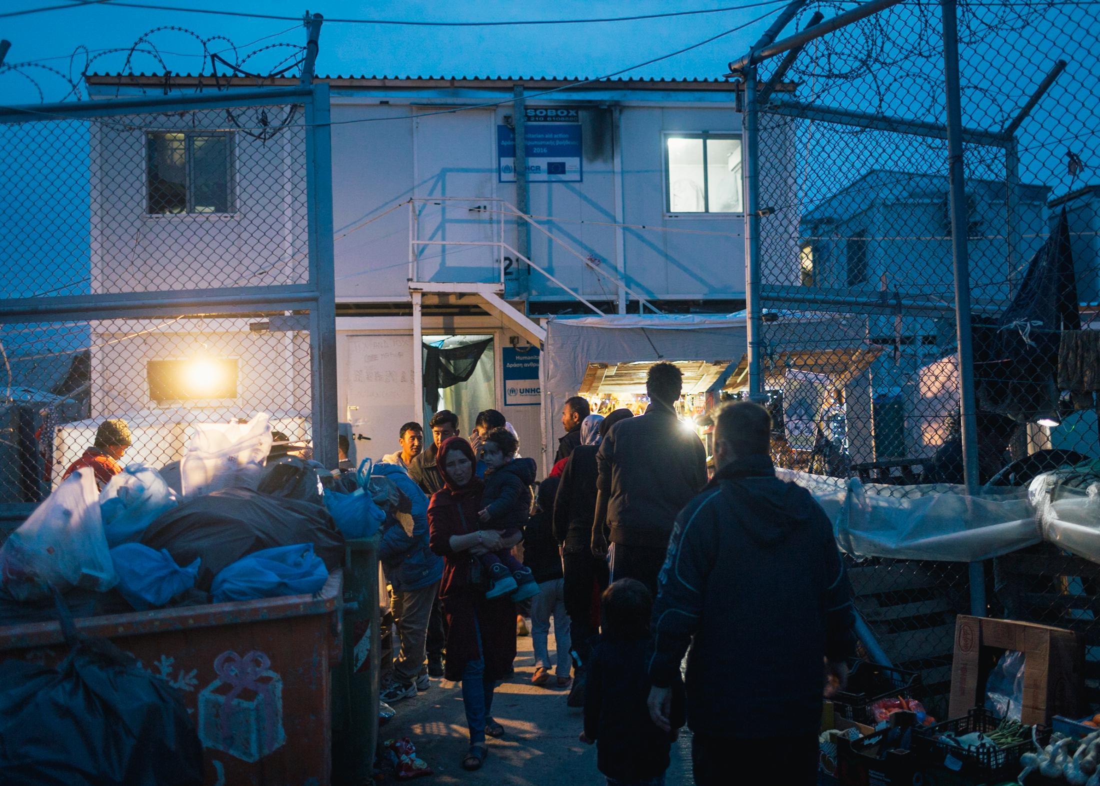 Der sogenannte Hot-Spot Moria auf der Insel Lesbos ist seit Jahren hoffnungslos überfüllt. Eigentlich ist das ehemalige Militärgelände für 3000 Menschen ausgelegt. Mittlerweile leben dort bis zu 20.000 Menschen unter katastrophalen und menschenunwürdigen Lebensbedingungen.