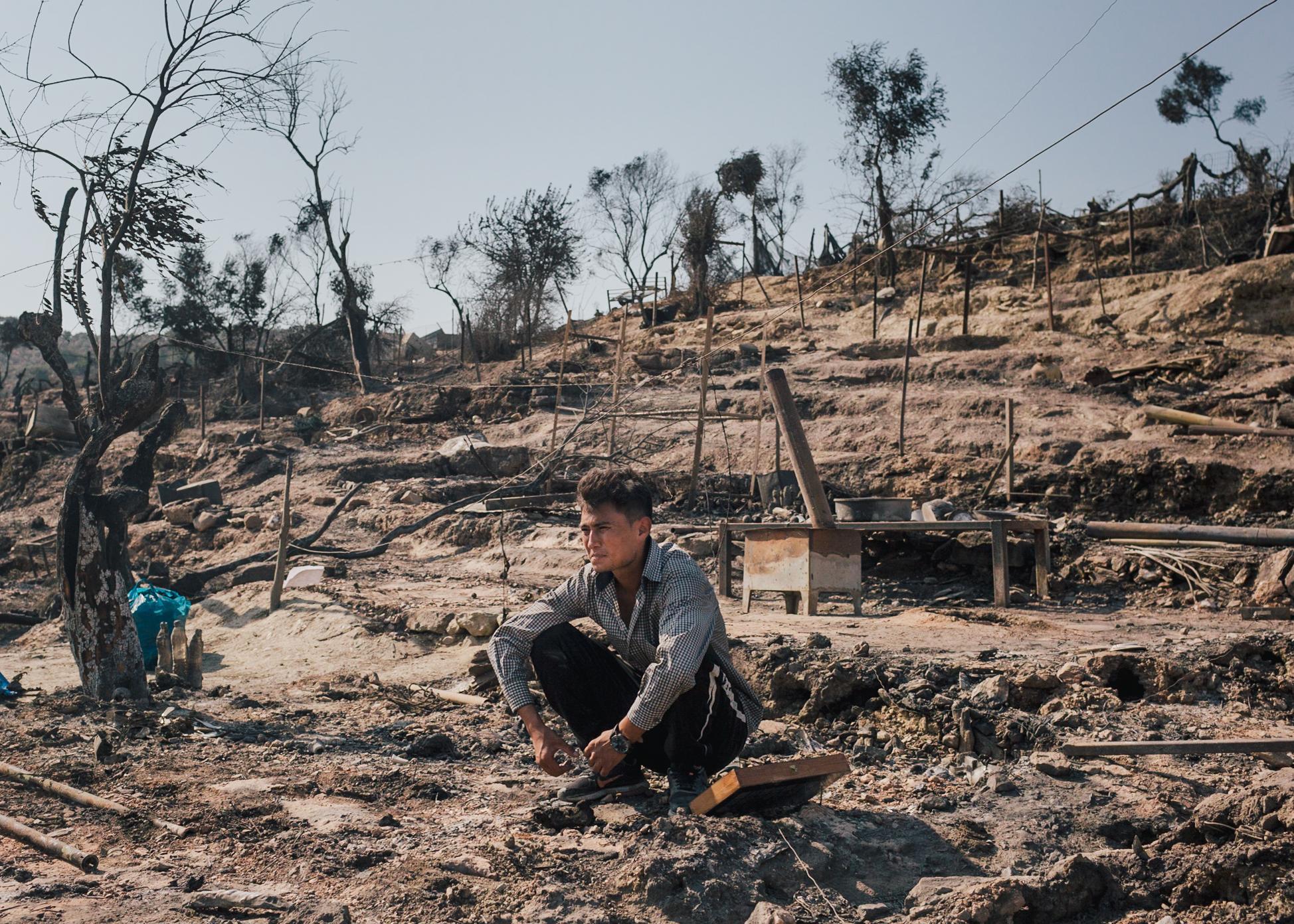 Fardi aus Afghanistan an der Stelle im verbrannten Lager, wo einst sein Zelt standt.