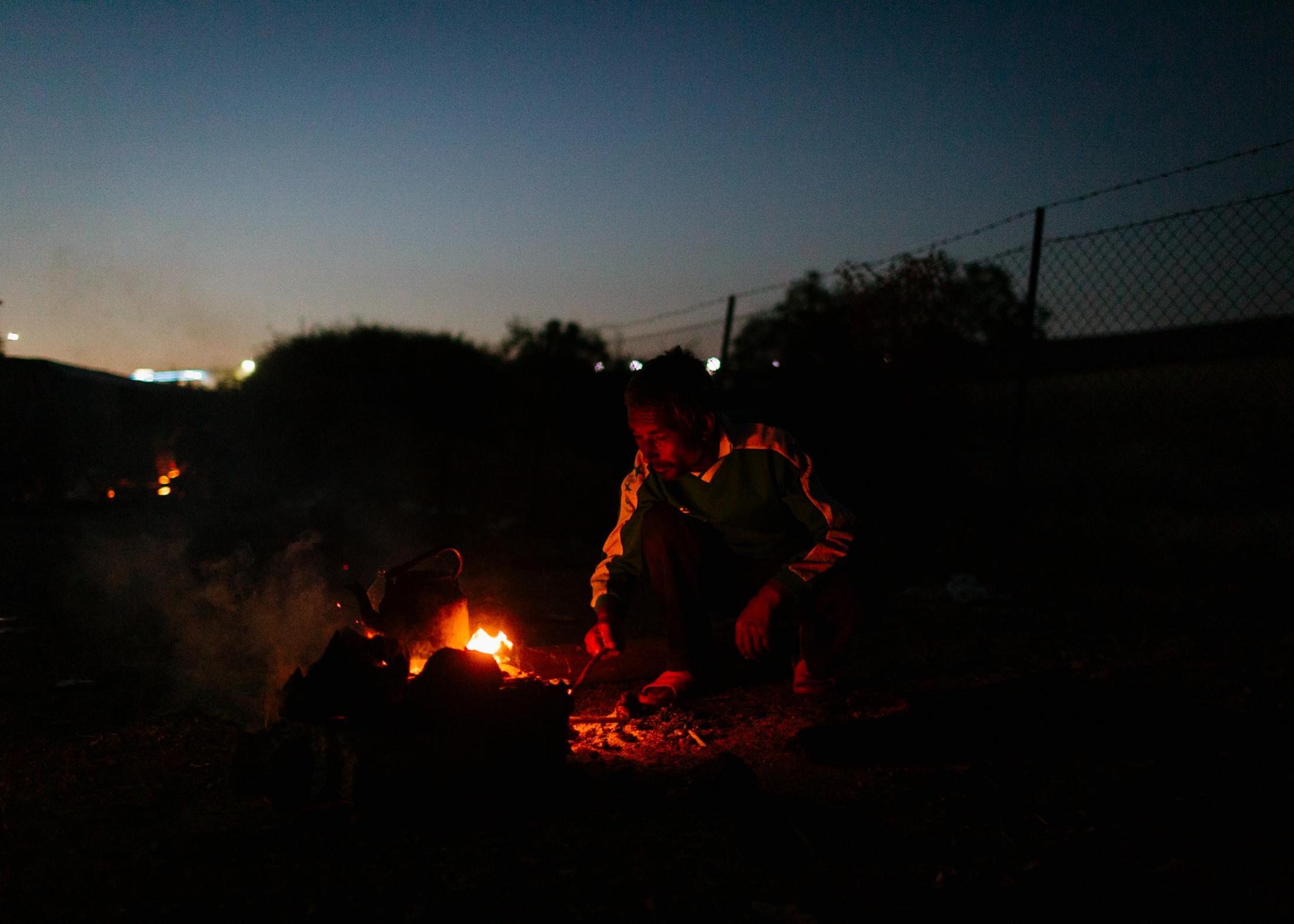 Ein afghanischer Geflüchteter auf der Insel Lesbos. Nach dem es am 09.10.2020 im Flüchtlingslager Moria zu einem Großbrand gekommen war, harren tausende von Geflüchteten auf einer Straße entlang der Ostküste von Lesvos aus.