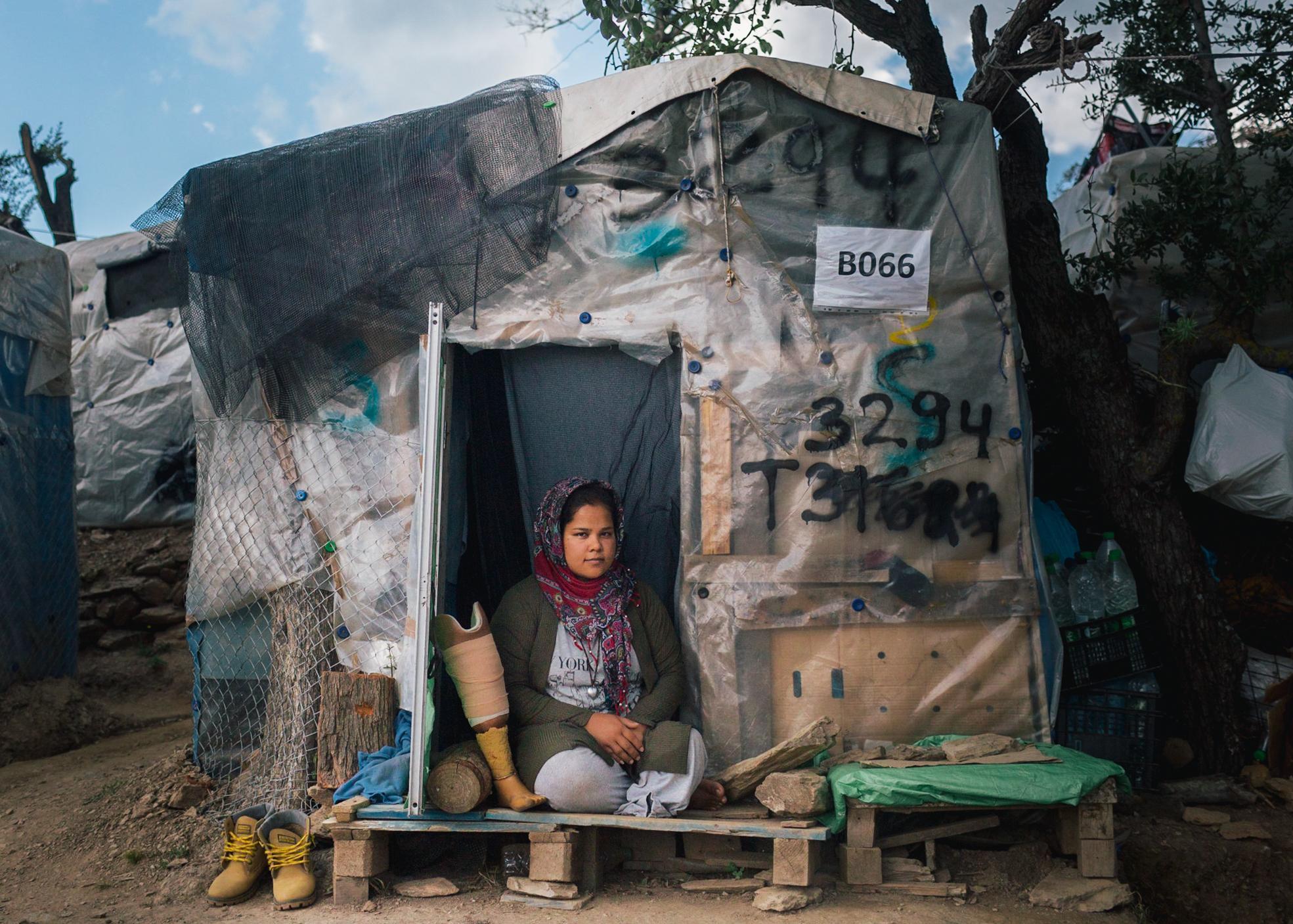 Zainab B. (19) in ihrem Zelt im Flüchtlingslager Moria auf der Insel Lesbos in Griechenland