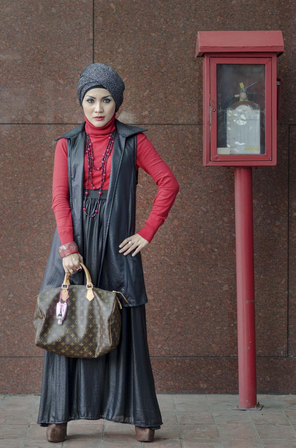 Wida Herlina Wardhani (37), a muslim woman with stylish hijab, works as dentist in Jakarta, Indonesia, Saturday (19/01/2013). [Photo : Eka Nickmatulhuda]
