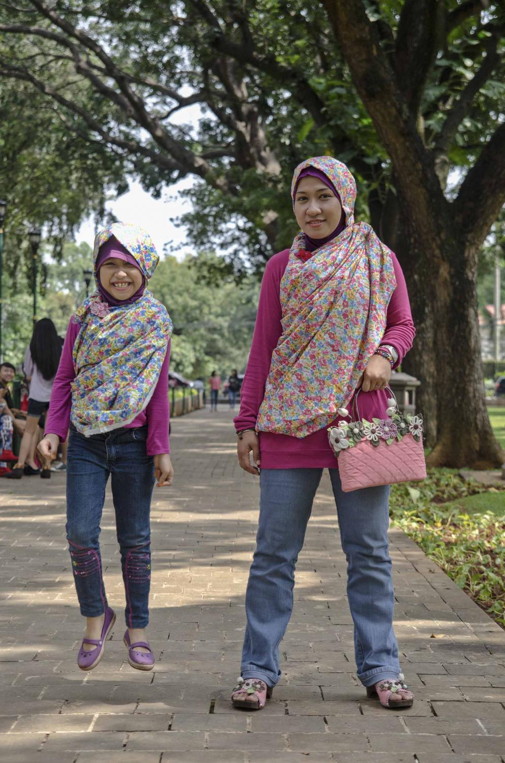 Meisra Adni, 32 years old and her 7 years old daughter Qisthi Khaera Dayyana, take a walk in a park in Jakarta, Indonesia, Sunday (3/2/2013). [Photo : Eka Nickmatulhuda]