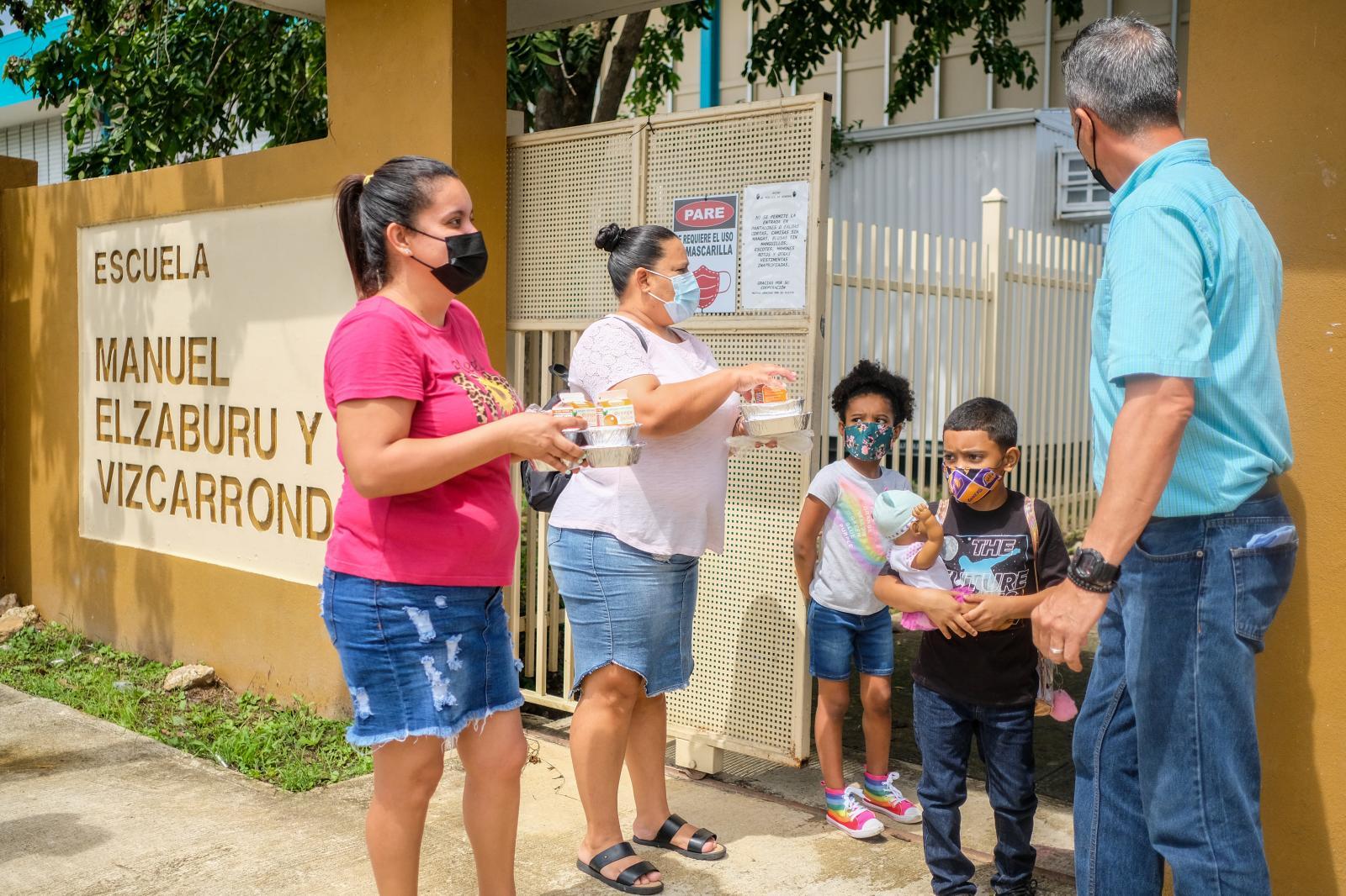 16 de octubre de 2020. San Juan, Puerto Rico. José de Jesús, director hace entrega de almuerzos a la familias de la escuela Manuel Elzaburu y Vizcarrondo en Cantera.