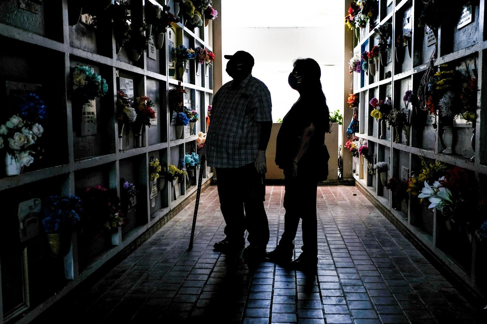 Personas llegan hasta el Cementerio Municipal de San Juan para recordar las madres fallecidas en su día.