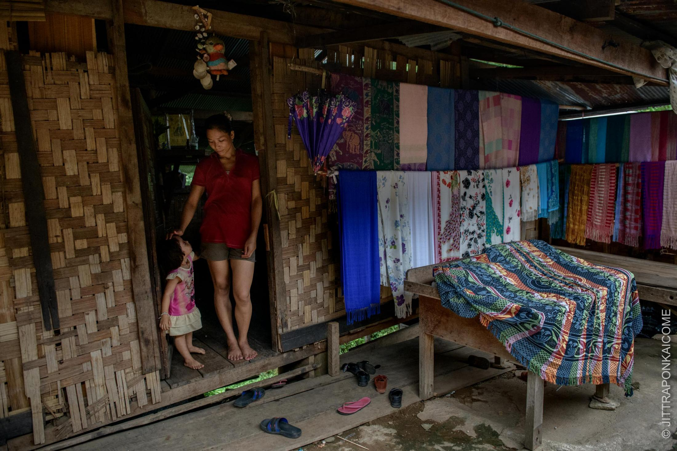 Mae Hong Son - Ma Prang, 30 years old Kayan long neck woman in Huey Pu Keng lost her job at a tourist tribal village in Chiang Mai. She can not predict when she will ever be employed again, she said. Due to the future of this crisis is still uncertain.