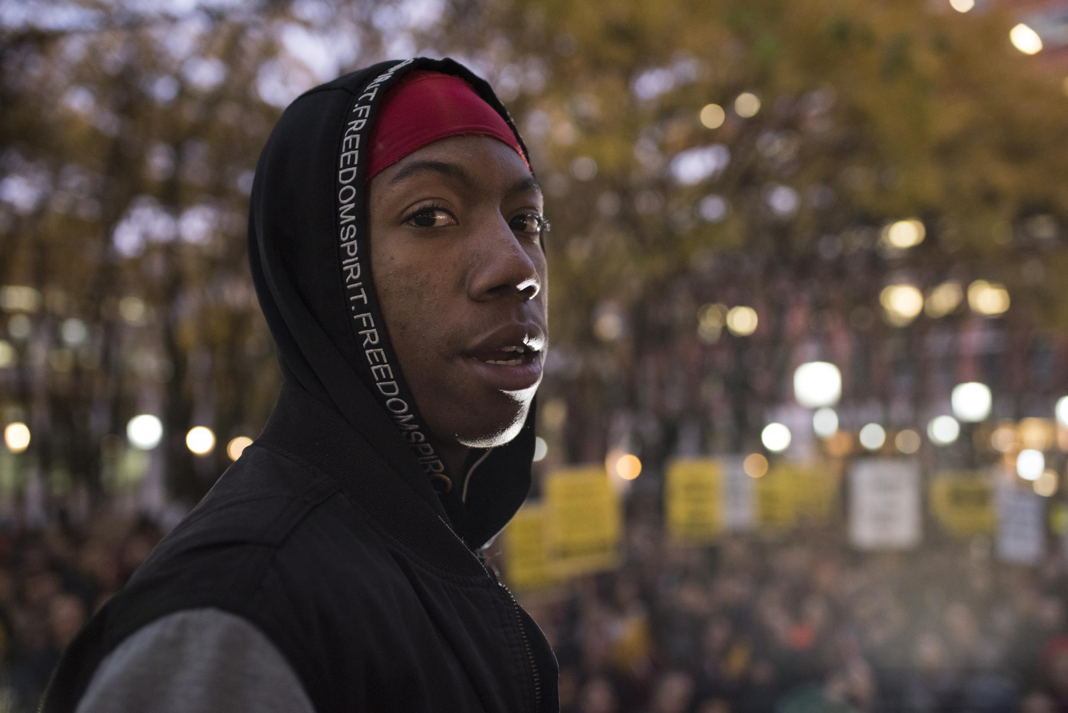 Adrian Napier, jóven de 19 años que se hizo viral por ser detenido en el metro de Nueva York, asiste a una protesta en Brooklyn, en su apoyo por terminar la brutalidad policial en el país. Adrian fue detenido por al menos 10 oficiales del NYPD y apuntado con armas de servicio, siendo falsamente acusado de portar un arma y no pagar la tarifa del metro, generando el principio de una ola de protestas en la ciudad, llamando a la evasión del pasaje del metro, en sincronía con movimientos sociales en Latino América, como Chile.