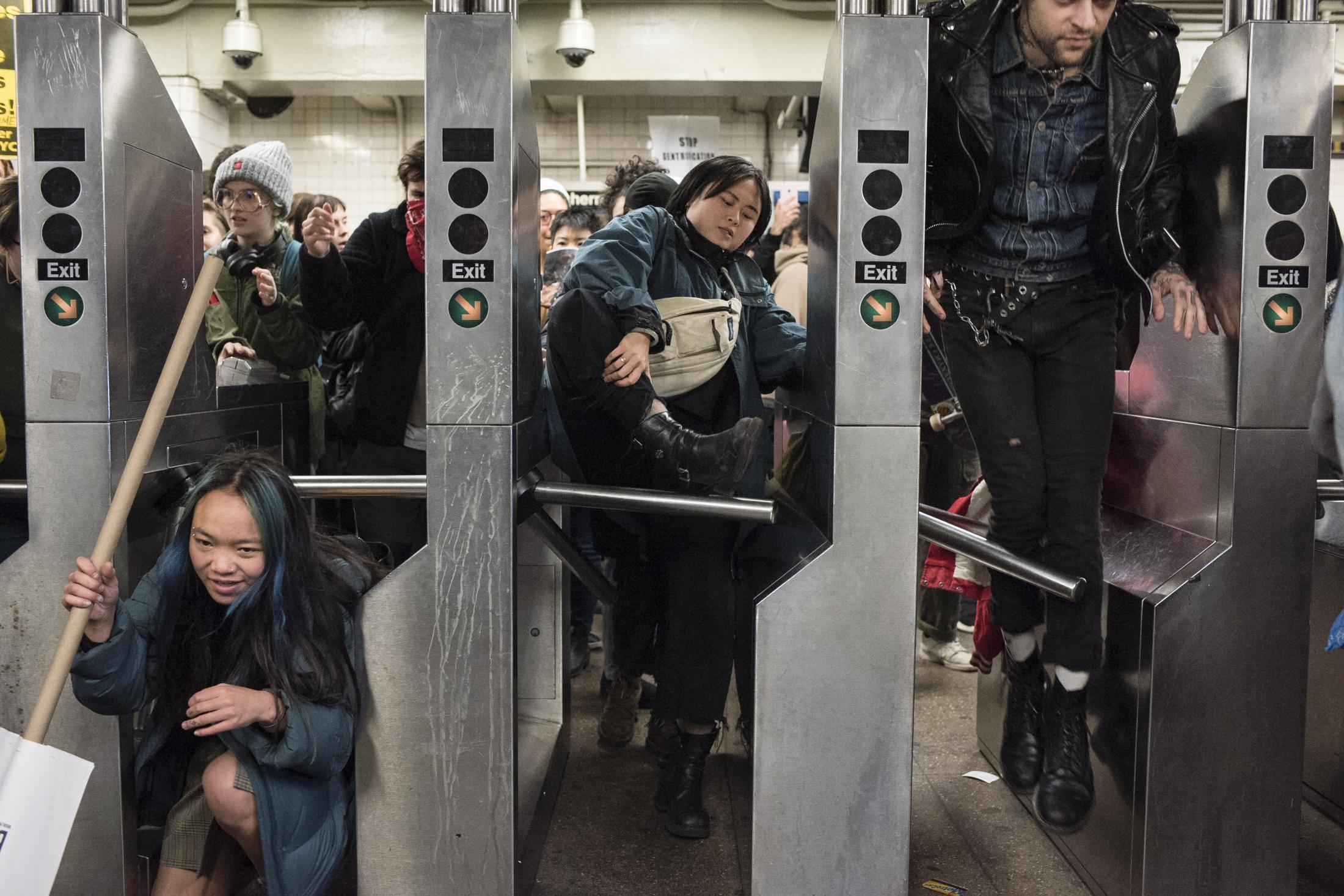 Jóvenes saltando torniquetes de una estación del metro de Nueva York, para ocupar estaciones como acción de protesta en respuesta a la detención del jóven Adrian Napier, quién fuese falsamente acusado de evadir el pasaje y fuese brutalmente detenido por agentes del NYPD.
