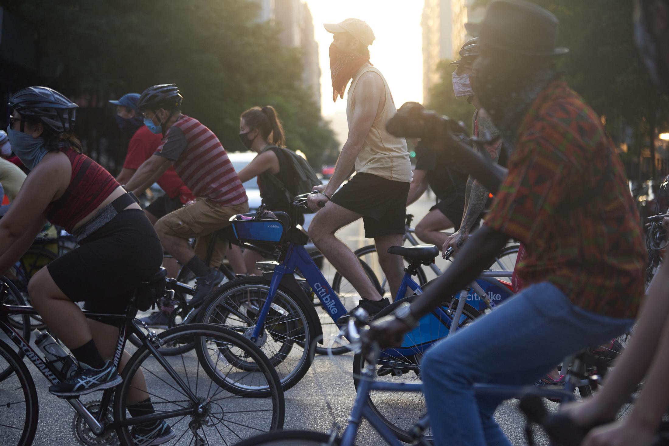 Un grupo de ciclistas marchando por Manhattan, Nueva York, en apoyo al movimiento BLM. El grupo Street Riders ha logrado convocar a miles de ciclistas adherentes a BLM, en una forma estratégica de ocupar las calles y generar una presencia alternativa a las marchas y ocupaciones de parques o puentes en la ciudad de Nueva York.