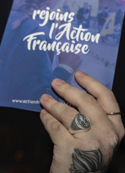Session de tractage, avec un détail sur la chevalière d'un des membres.  Trolling session, with a detail on the signet ring of one of the members